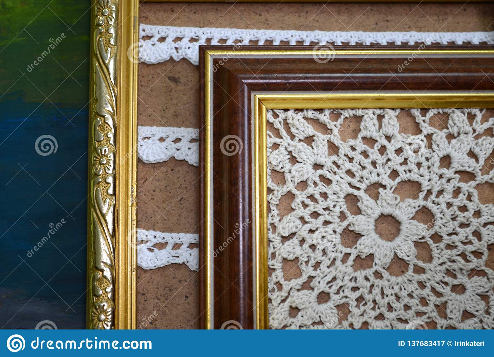 Due pitture lavorate all uncinetto con i fili bianchi nei telai di legno d annata