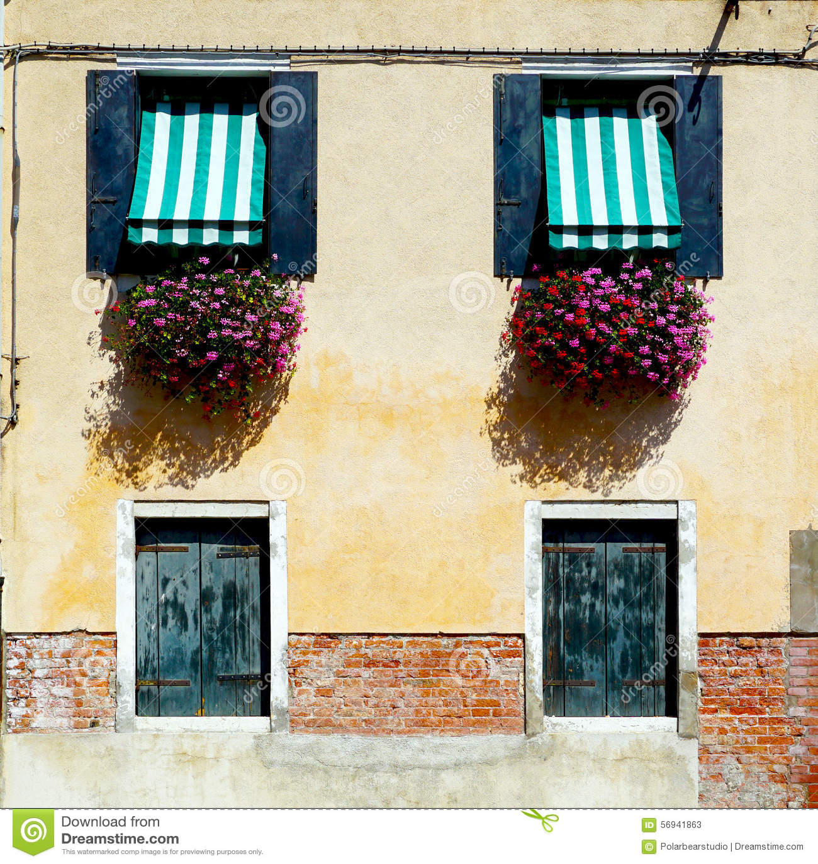 Due porte e costruzioni di casa di due finestre
