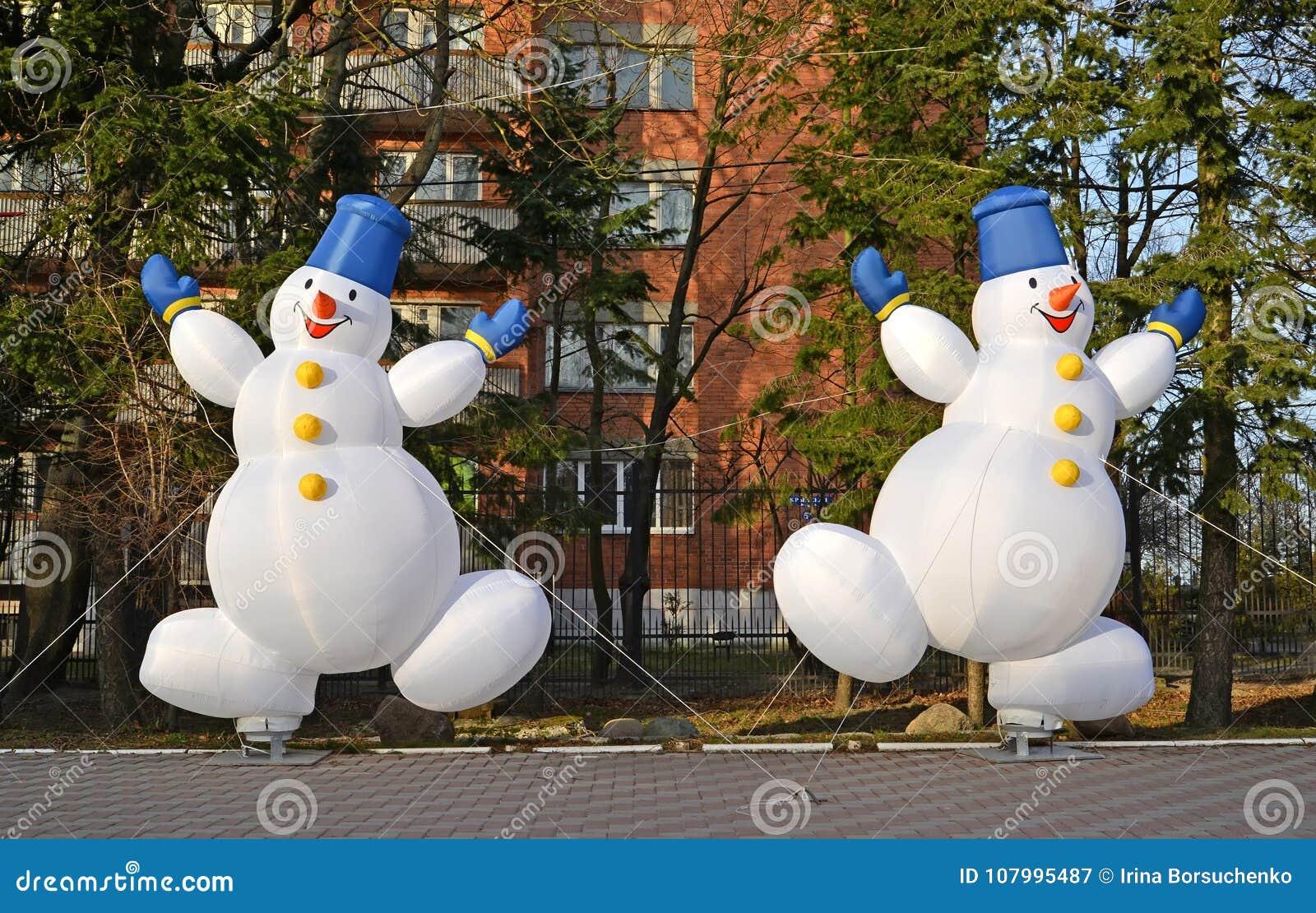 Decorazioni Natalizie Gonfiabili.Due Pupazzi Di Neve Gonfiabili Allegri Decorazione Di Natale Sulla