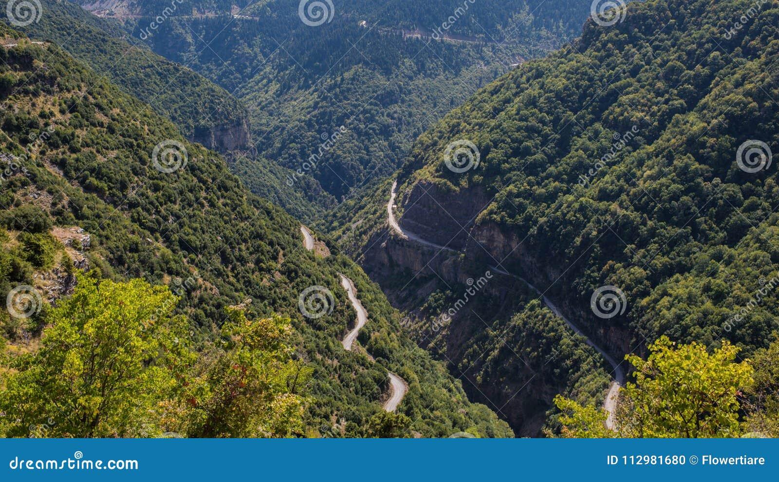 Due rad in montagna in parco nazionale di Tzoumerka, regione della Grecia Epiro Montagna