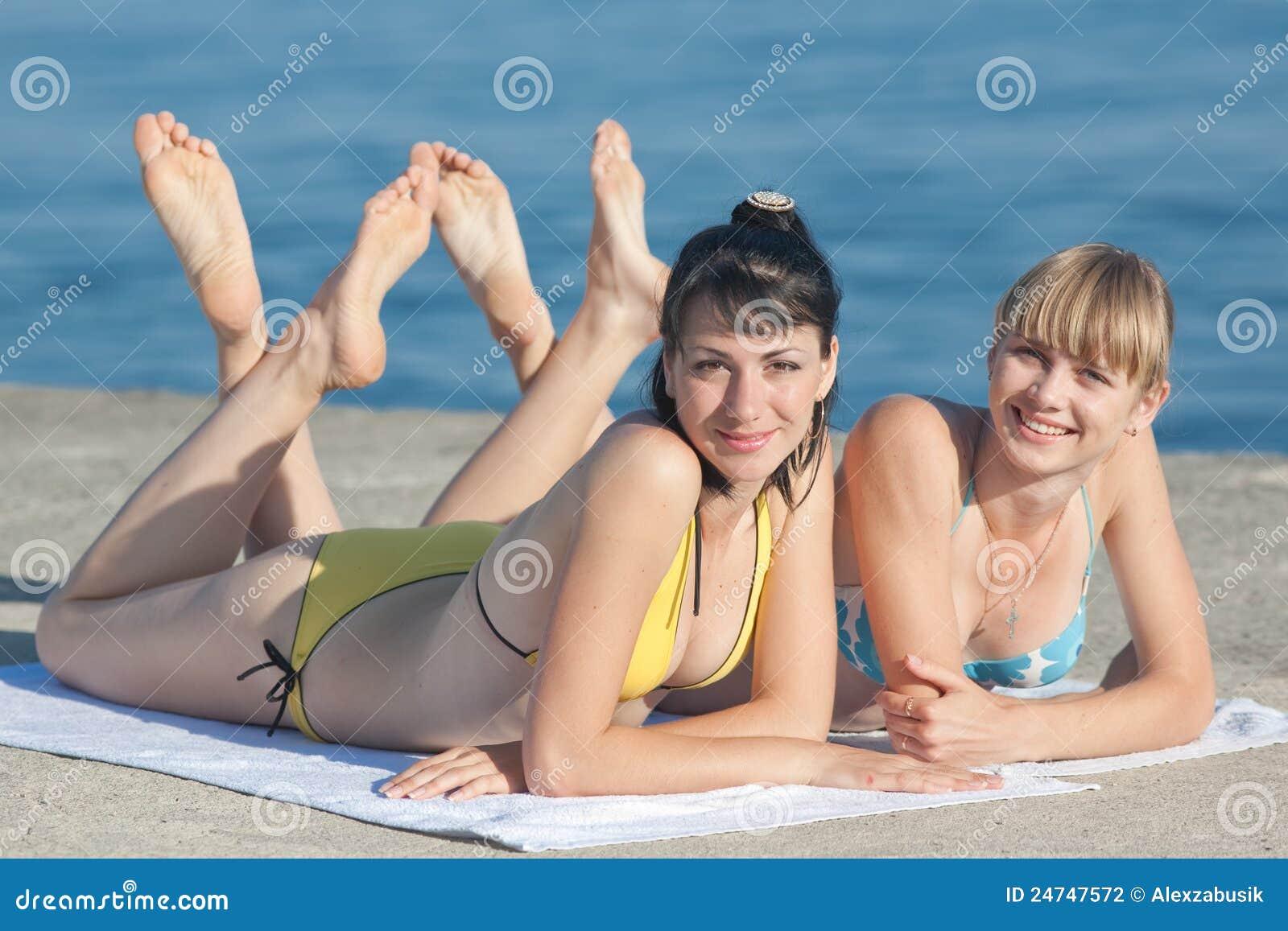 Eccezionale Due ragazze al mare fotografia stock. Immagine di coppie - 24747572 DN79