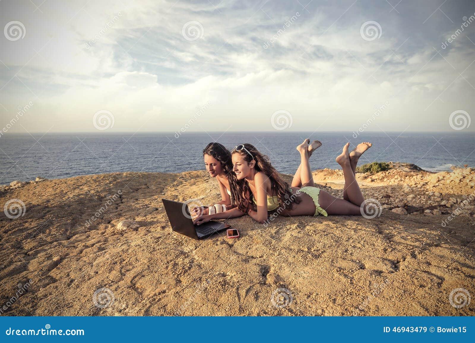 Due ragazze alla chiacchierata della spiaggia