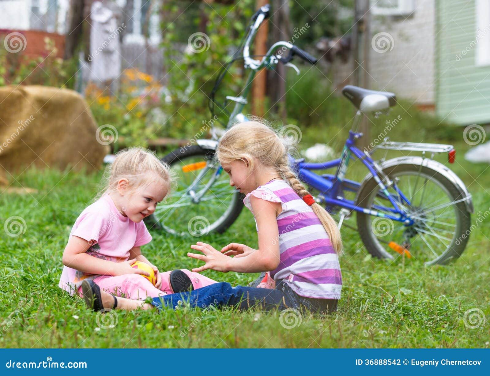 Download Due Ragazze Che Giocano Sull'erba Verde Fotografia Stock - Immagine di famiglie, poco: 36888542