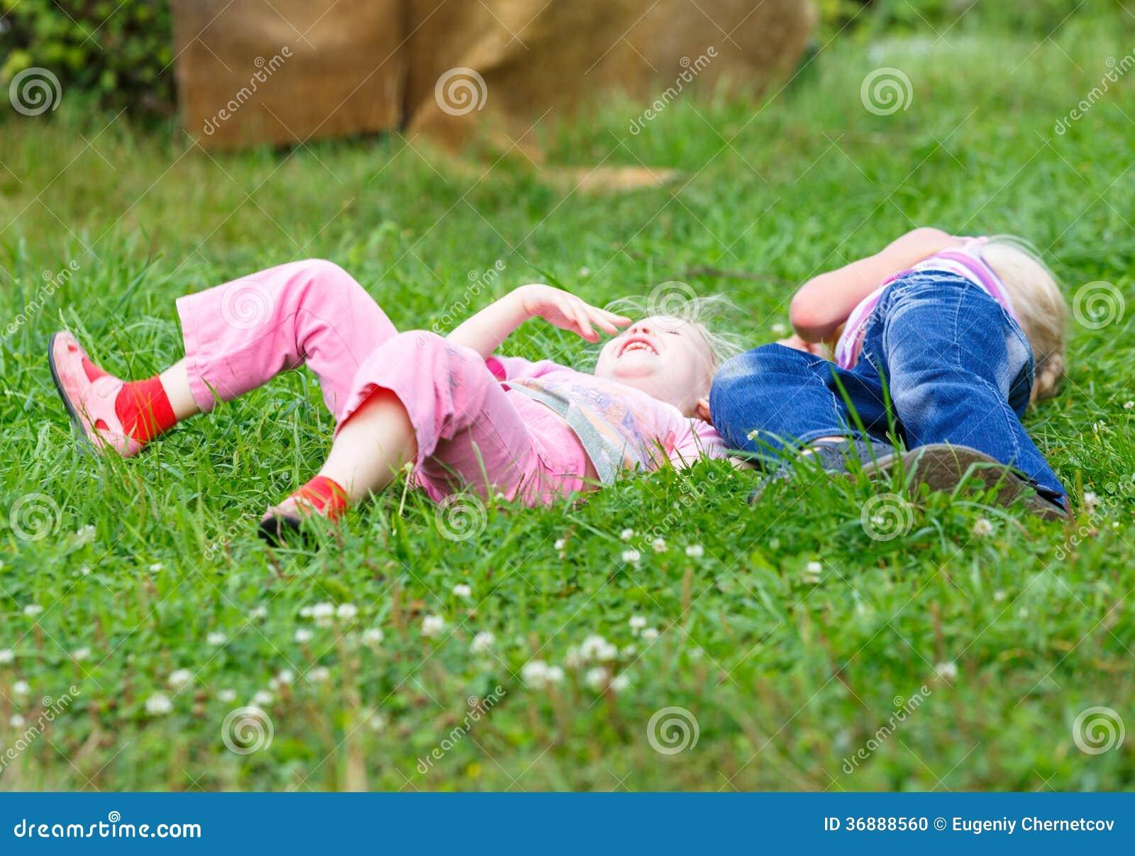 Download Due Ragazze Che Giocano Sull'erba Verde Fotografia Stock - Immagine di prato, bambino: 36888560