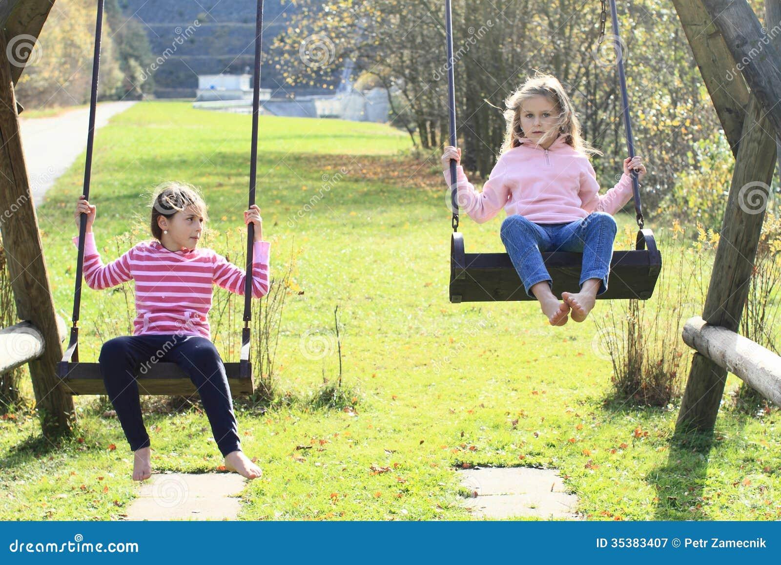 Due ragazze che oscillano su due oscillazioni