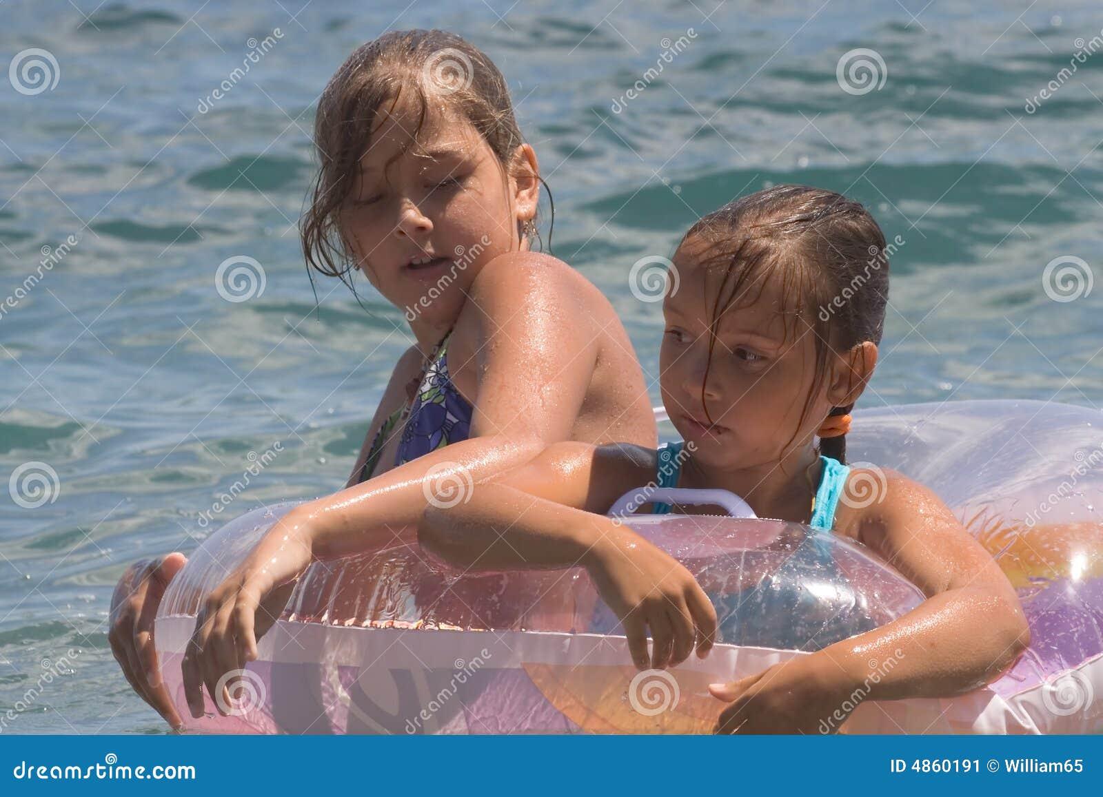 Due ragazze del bagno dell 39 adolescente in un mare 8 immagine stock immagine 4860191 - Donne in bagno in due ...