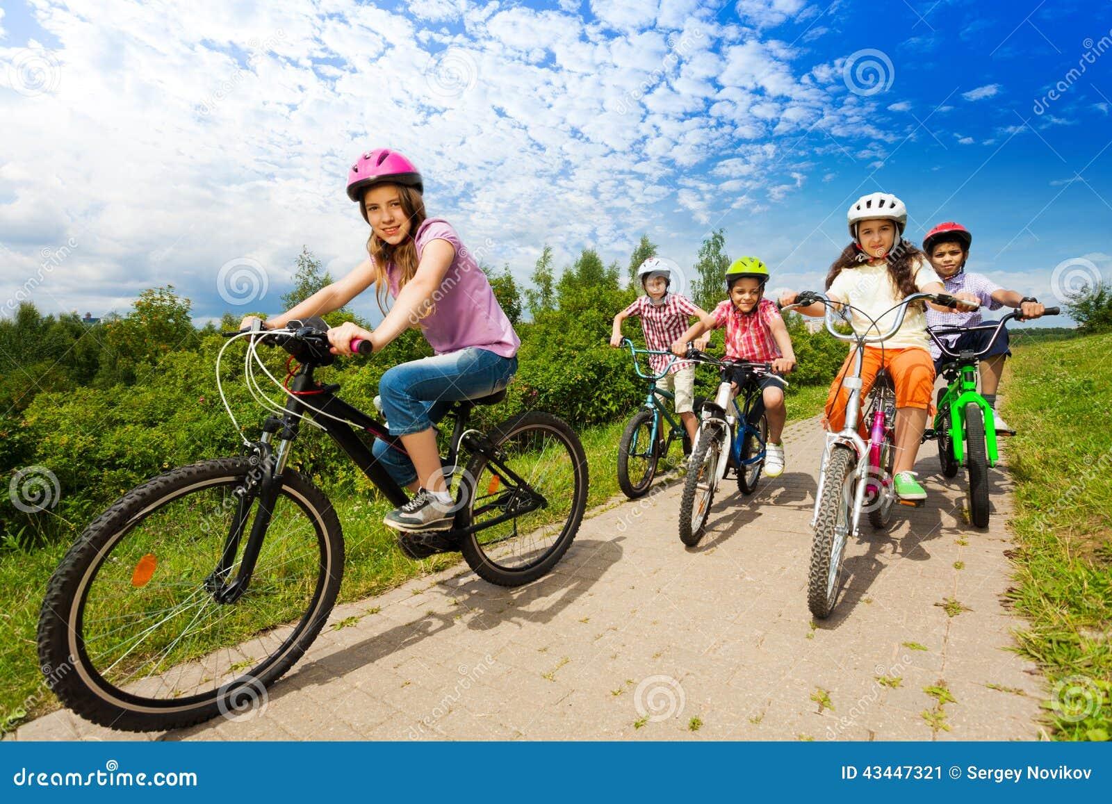 Famoso Due Ragazze E Ragazzi In Caschi Guidano Insieme Le Bici Immagine  UH14