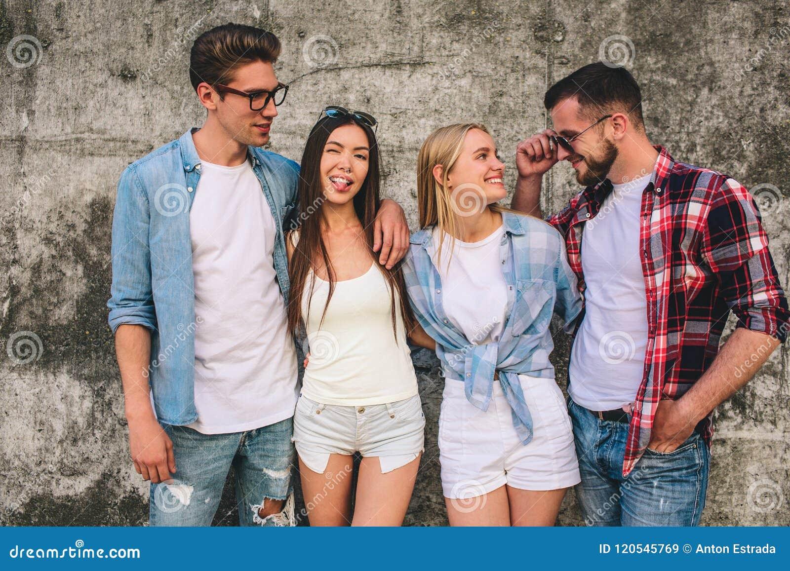 Può una ragazza che esce con due ragazzi allo stesso tempo