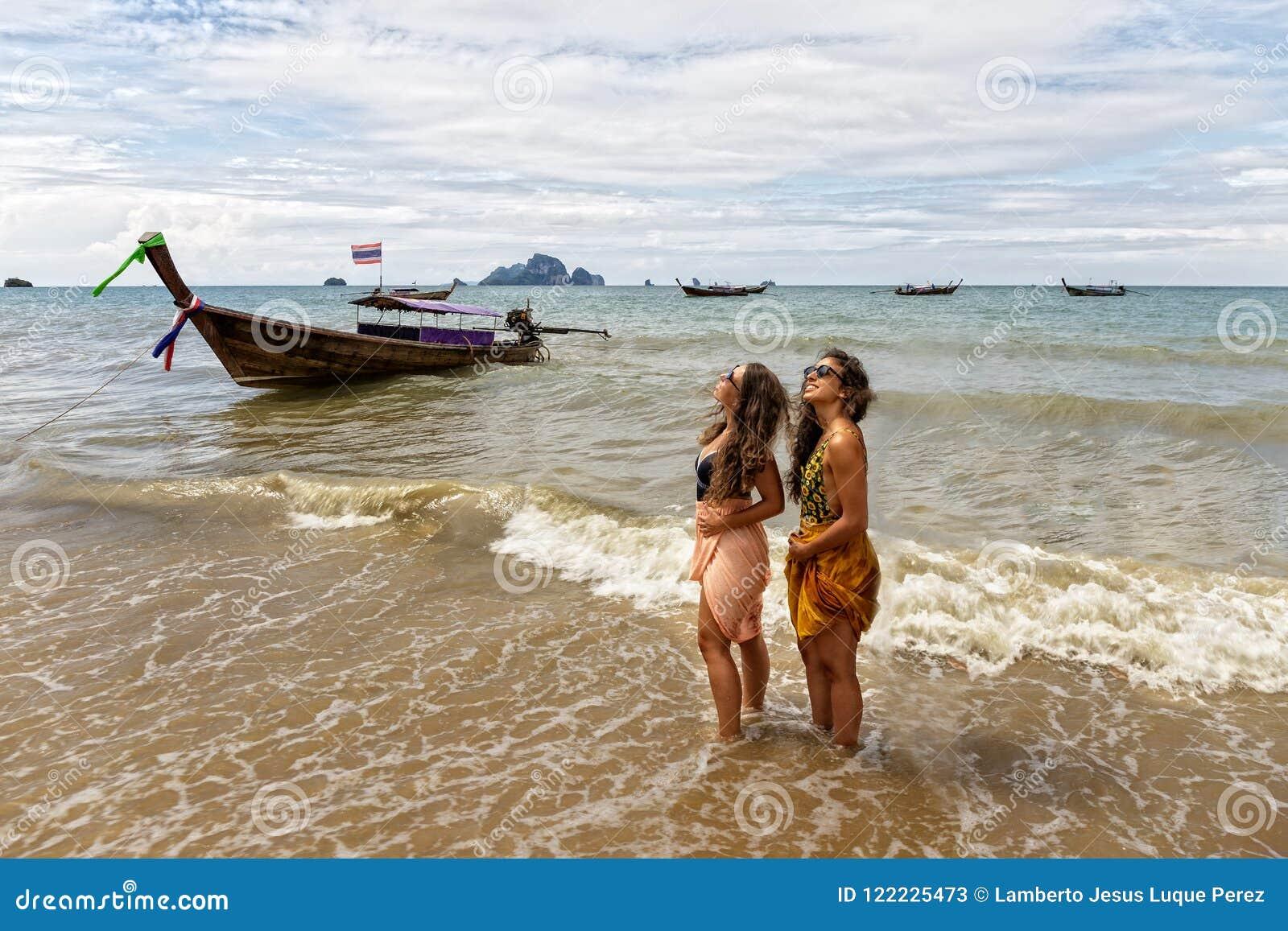 Due ragazze posano sulla riva della spiaggia di Krabi