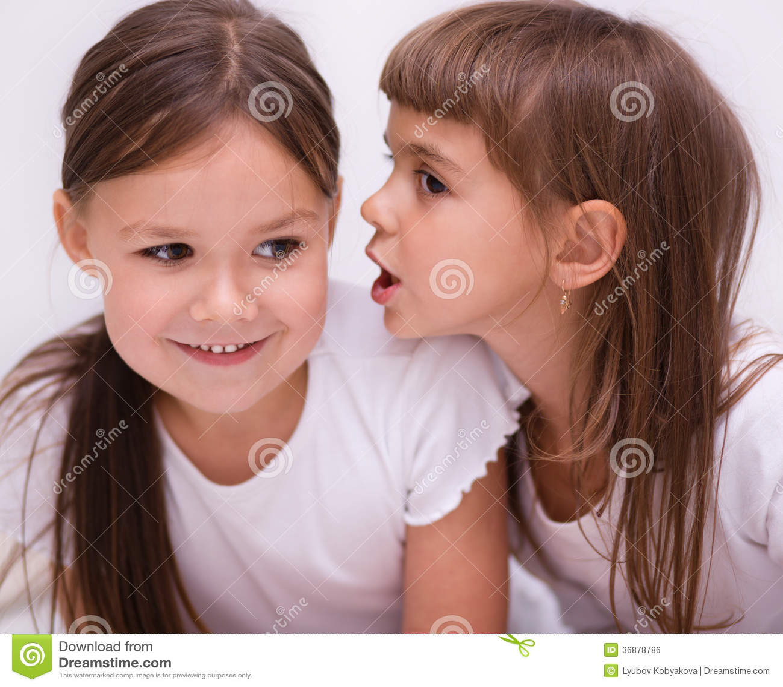 Download Due Ragazze Stanno Chiacchierando Fotografia Stock - Immagine di gossiping, ascoltare: 36878786