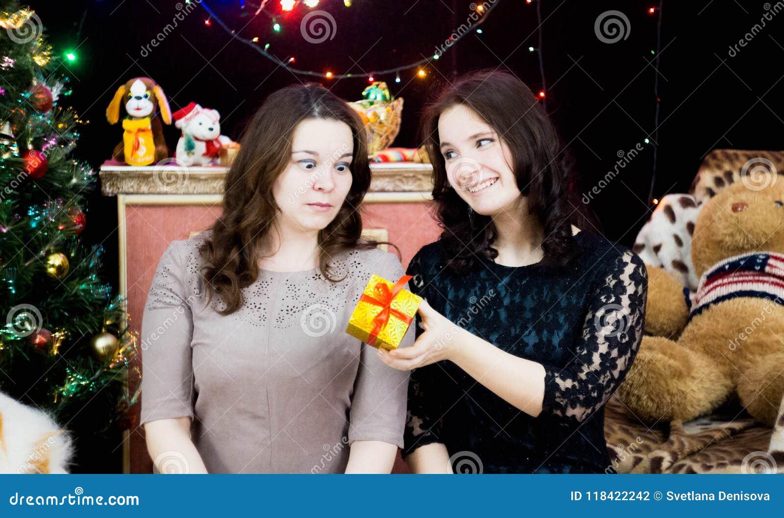 Due ragazze in una regolazione di Natale