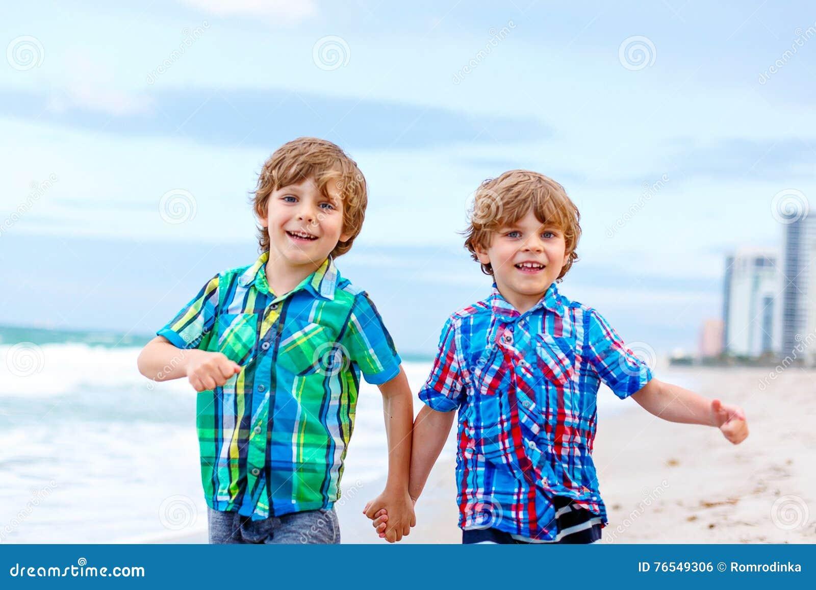 Disegno Di Bambino Che Corre : Due ragazzi dei bambini che corrono sulla spiaggia delloceano