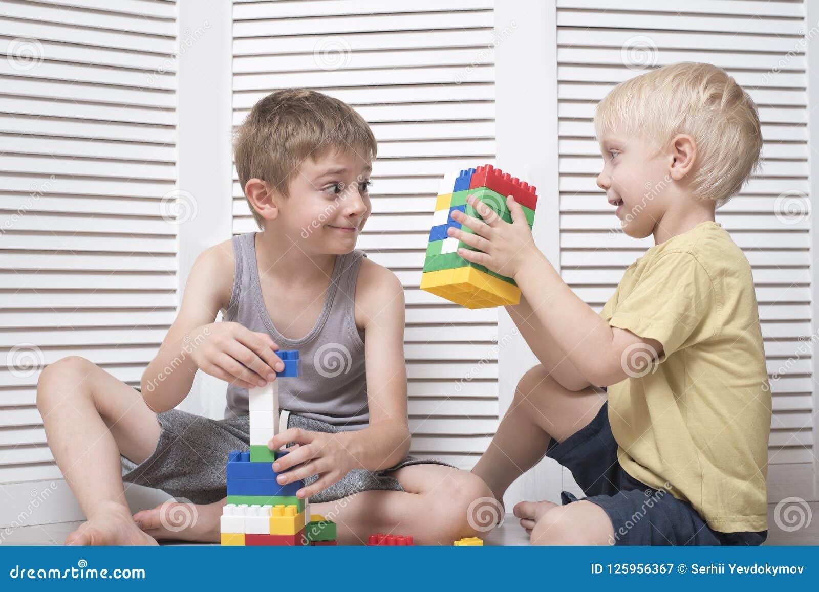 Due ragazzi giocano un progettista Comunicazione ed amicizia