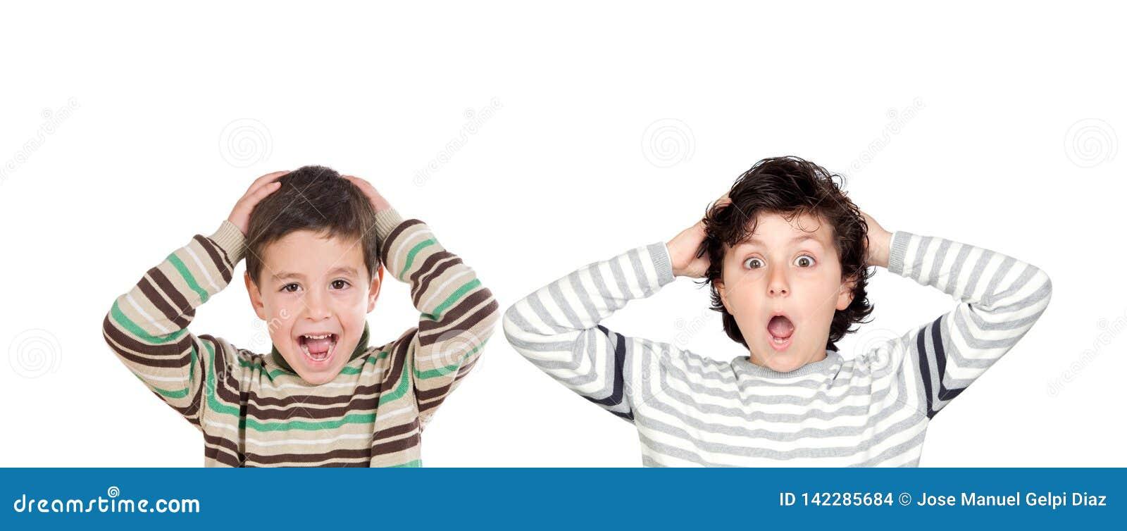 Due ragazzi sorpresi che aprono le loro bocche