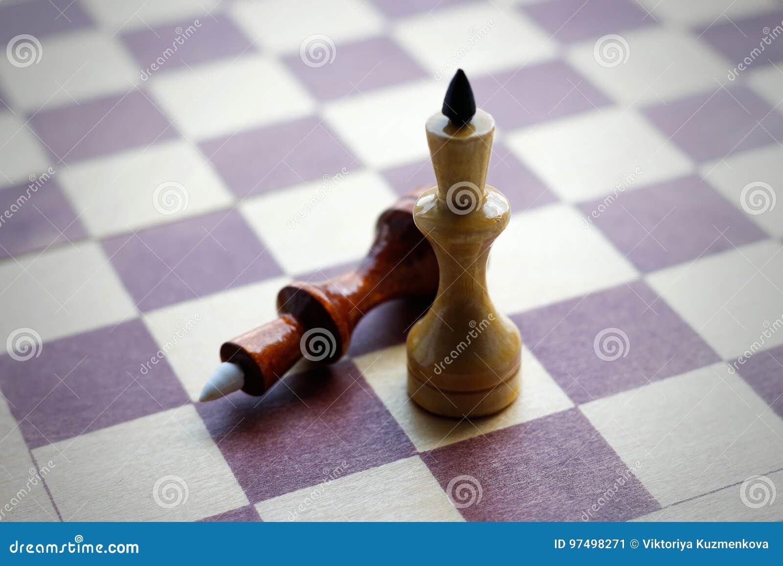 Due regine su una scheda di scacchi Scacchi Rebecca 36 closeup