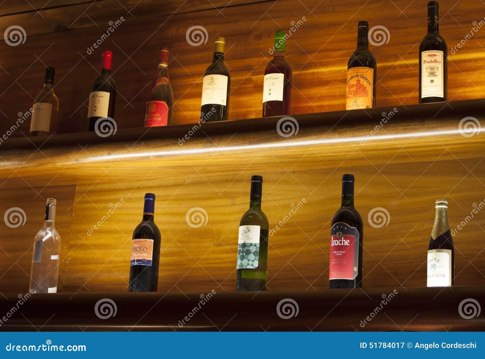 Due Scaffali Di Legno Con Le Bottiglie Vino Fotografia