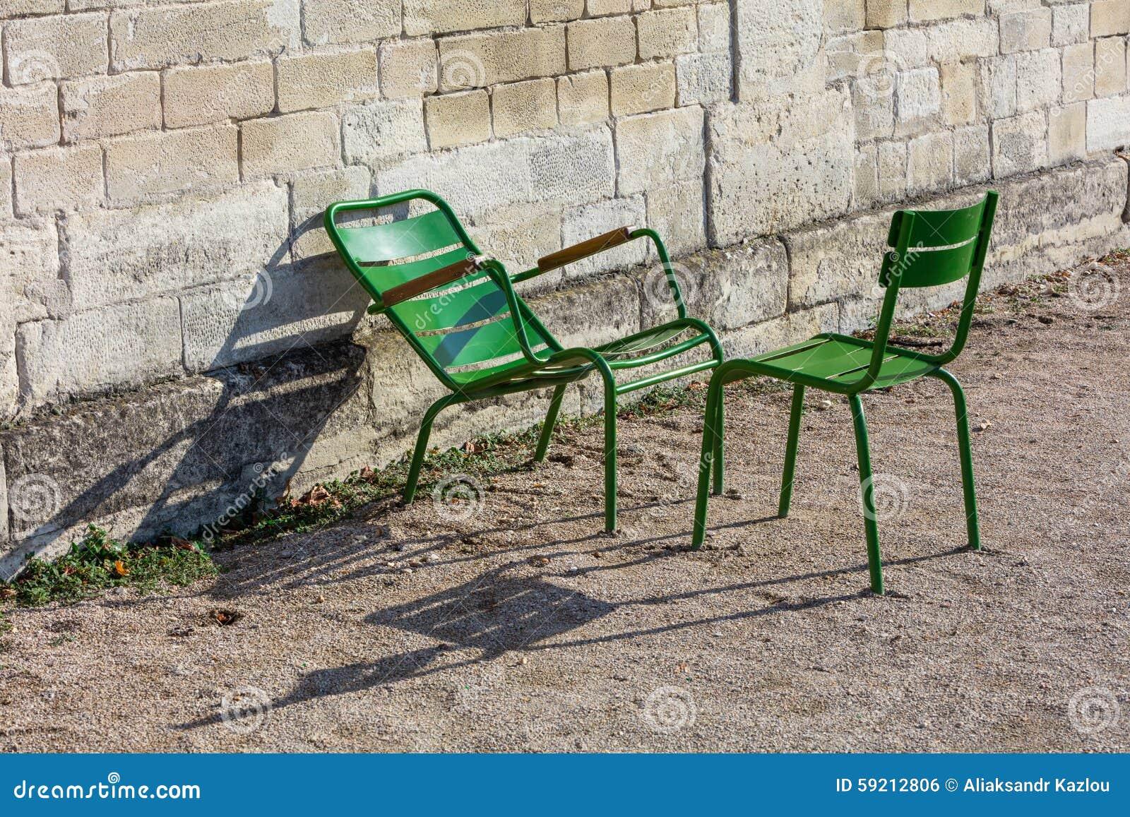 Sedie Francesi Da Giardino : Due sedie di giardino verdi nel tuileries fanno il giardinaggio