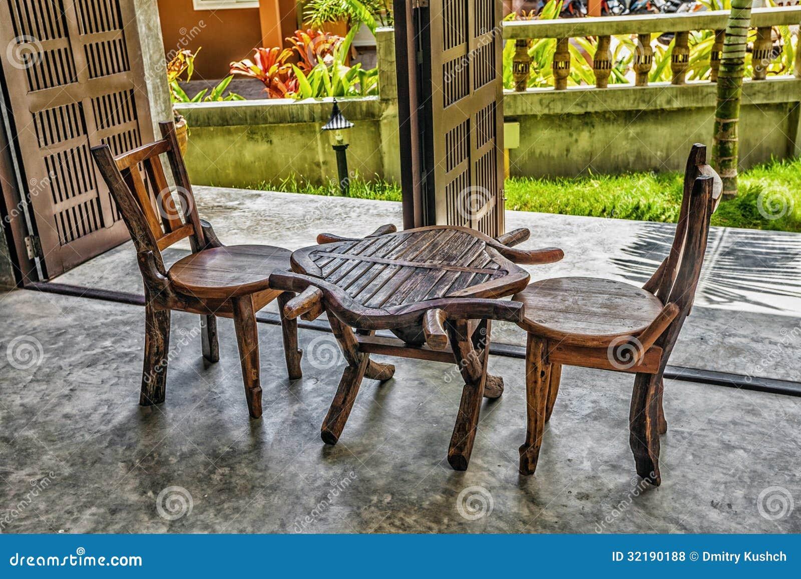 Due sedie di legno vecchie e una tavola fotografie stock for Tavola e sedie