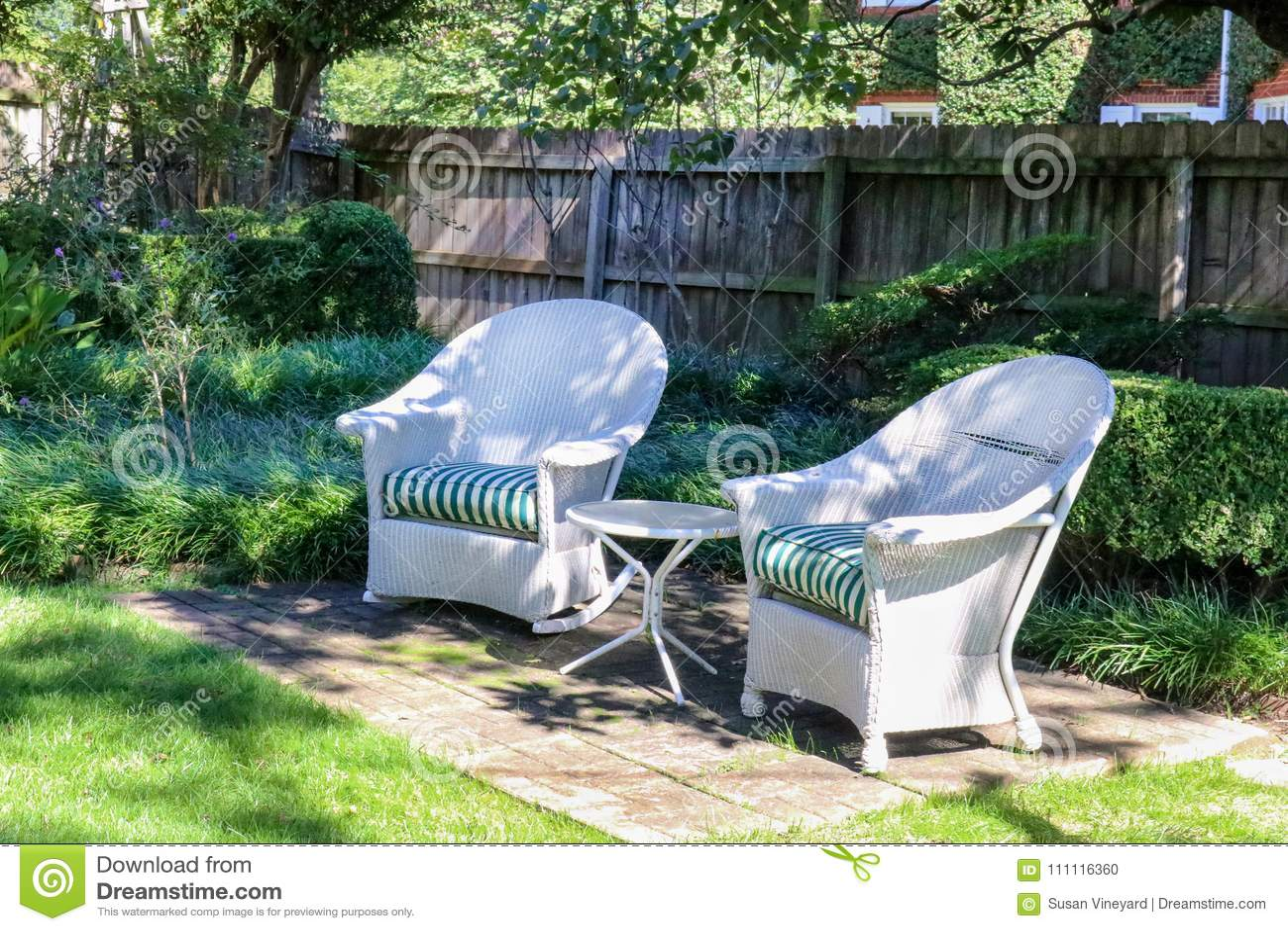 Sedie In Vimini Bianche.Due Sedie Di Vimini Bianche Antiche Hanno Sistemato Con La