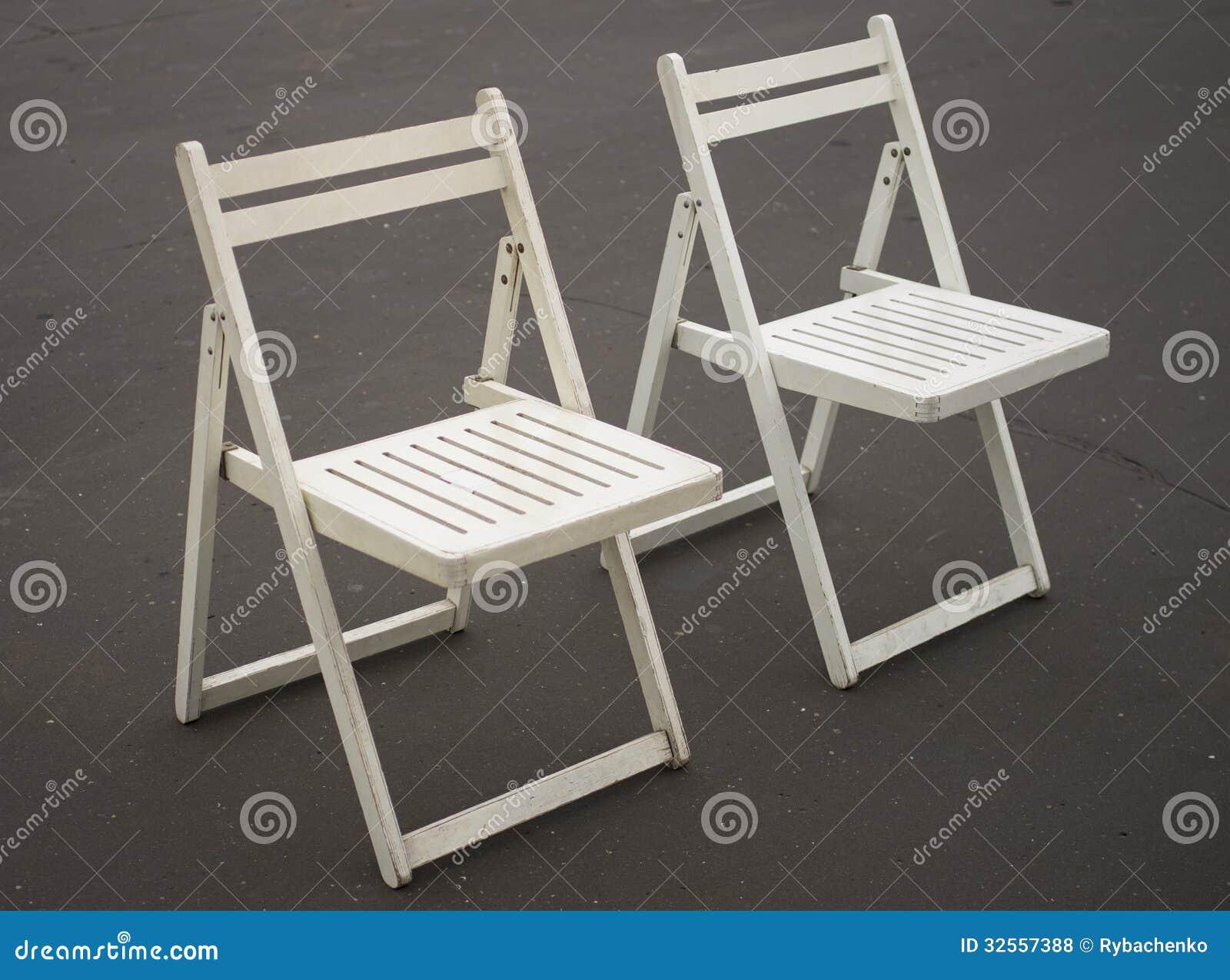 Due sedie pieghevoli bianche fotografia stock immagine for Sedie bianche