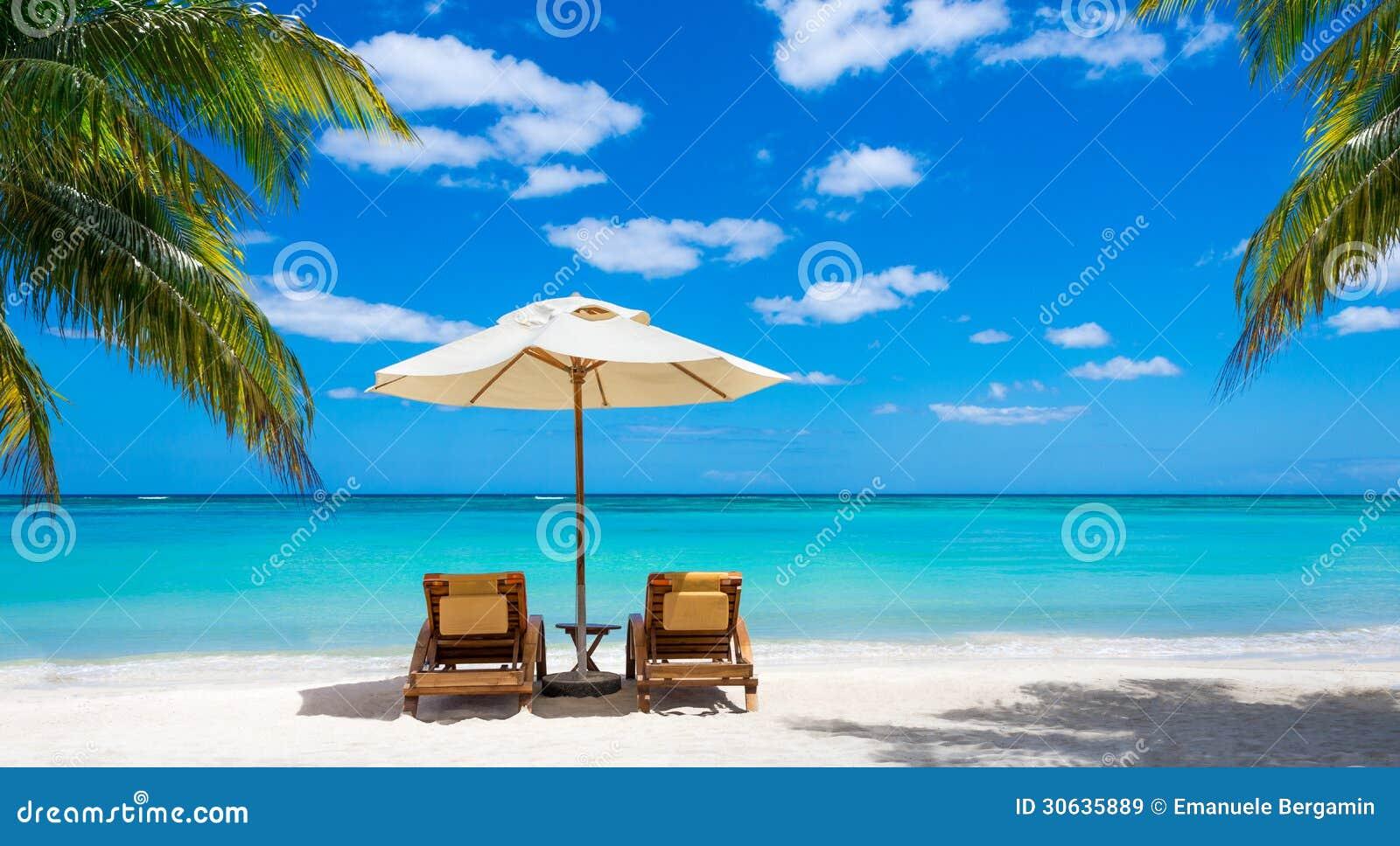 Sedie A Sdraio Per Spiaggia.Due Sedie A Sdraio Sul Mare Bianco Idilliaco Del Turchese Della