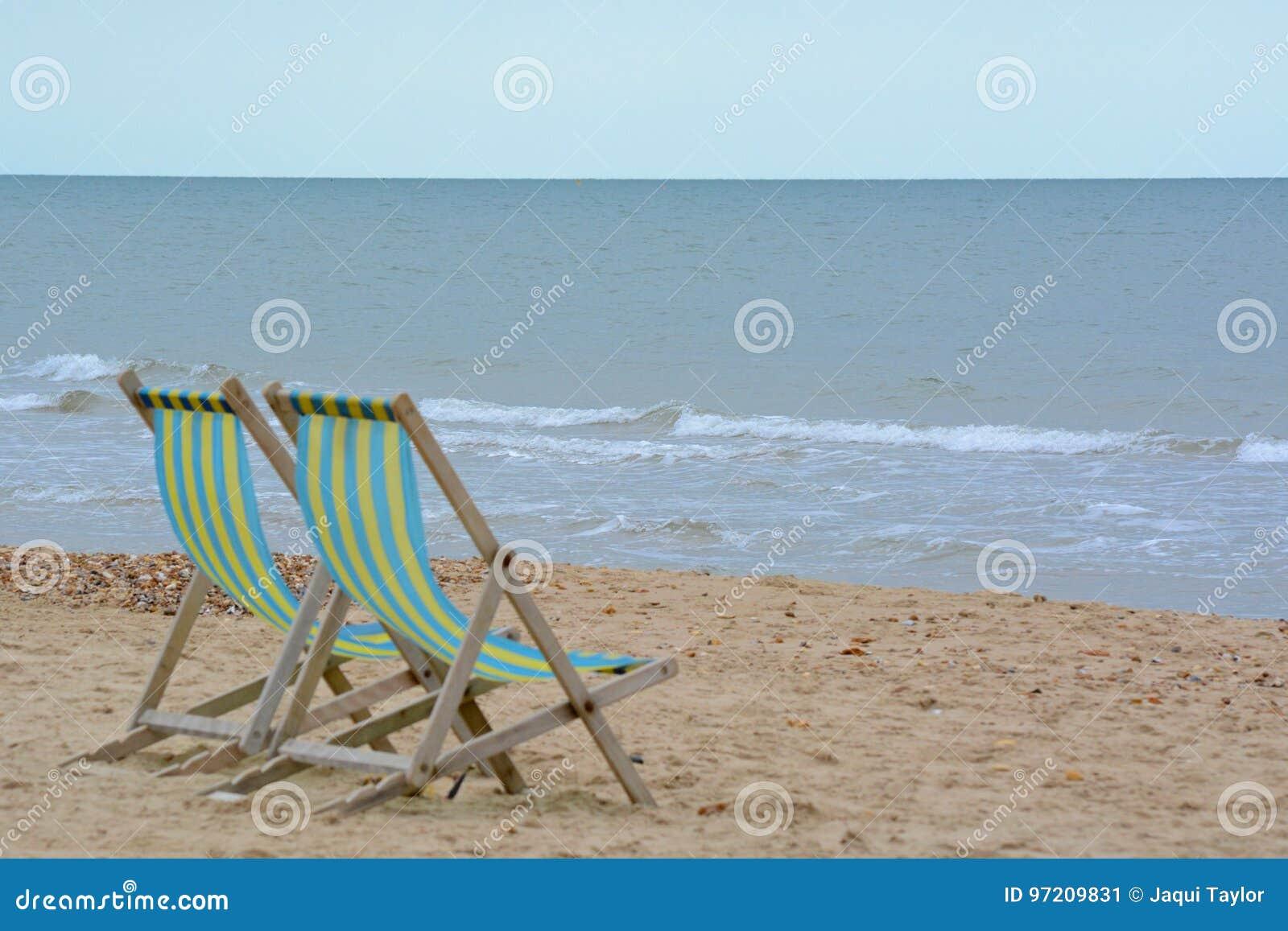 Sedie A Sdraio Per Spiaggia.Due Sedie A Sdraio Sulla Spiaggia Immagine Stock Immagine Di