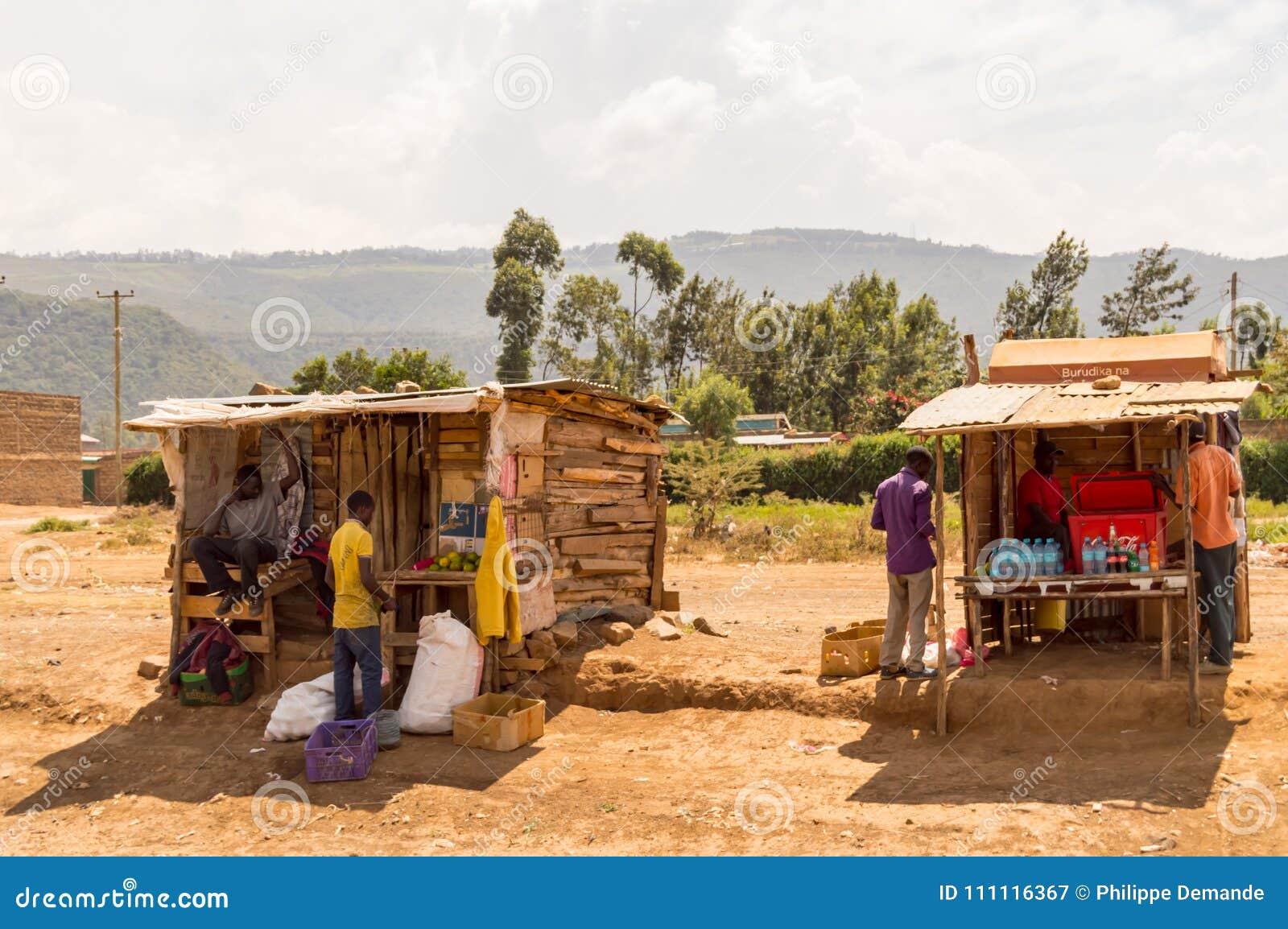 Due stalle di legno sul bordo della strada in Rift Valley del ` s del Kenya