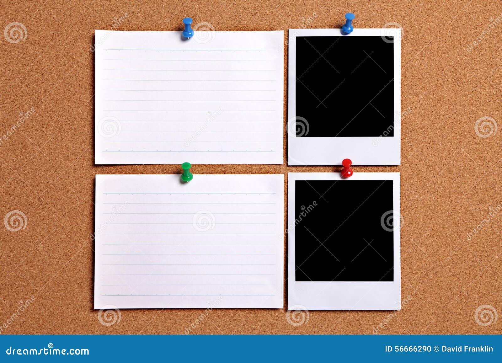 Due strutture della foto di stile della polaroid con le carte di nota bianche in bianco appuntate alla bacheca del sughero, spazi