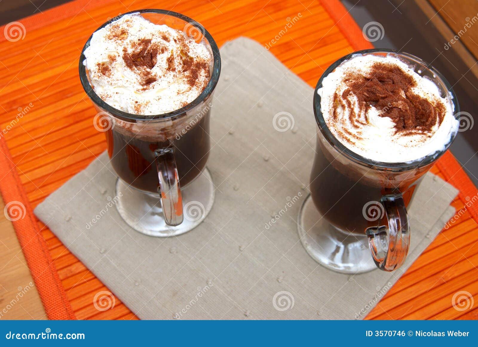 Due tazze di caffè con crema