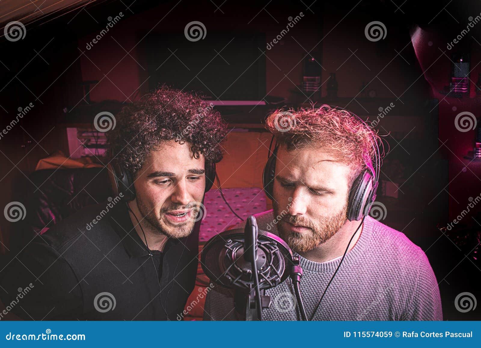 Due tipi che cantano in uno studio di musica