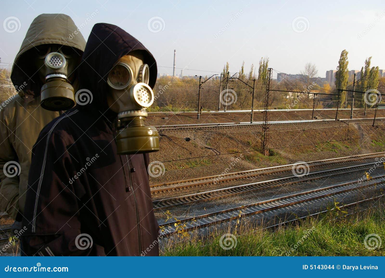 Due tiranti nelle mascherine, levantesi in piedi contro un contesto di