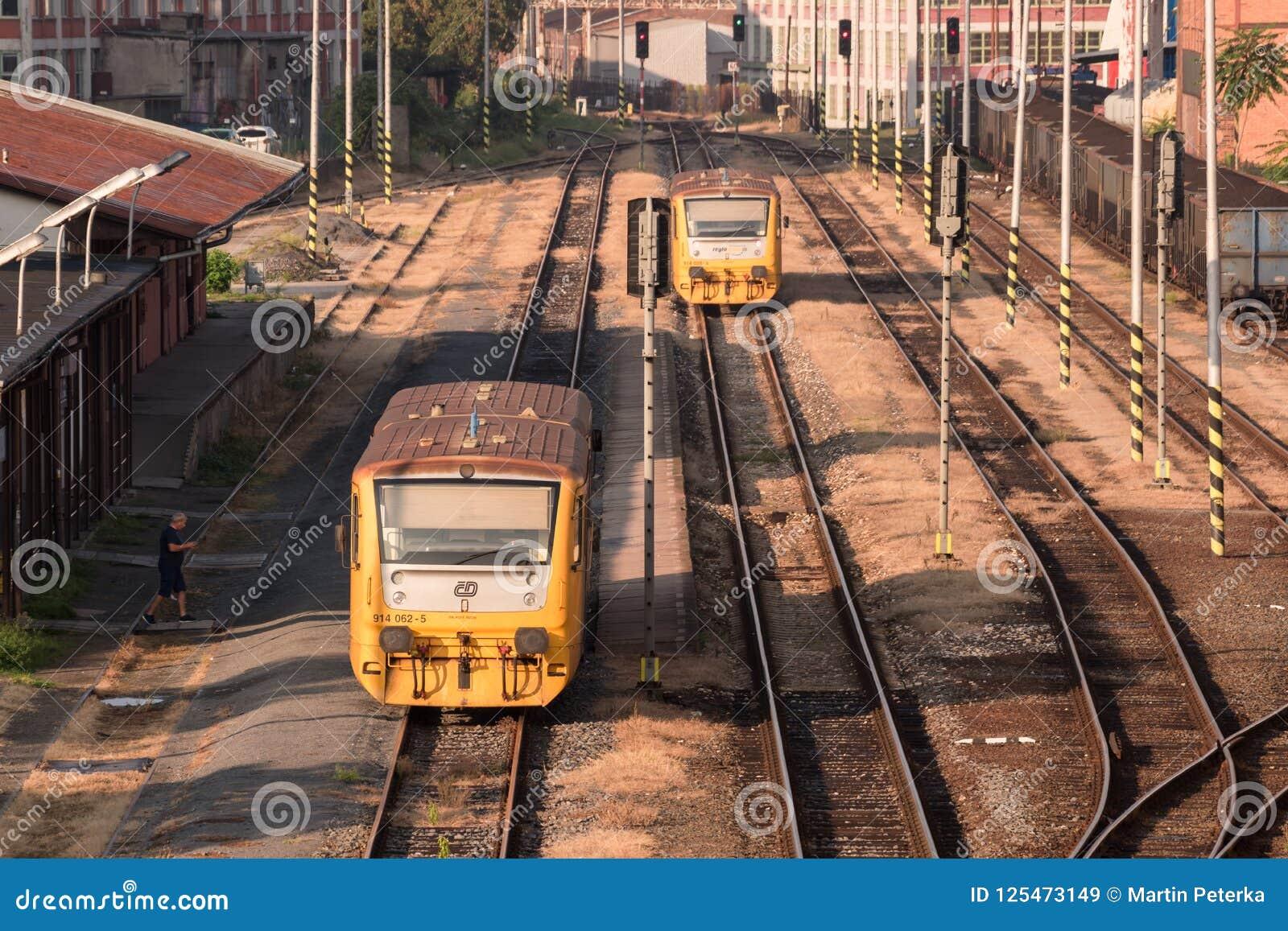 Due treni in una stazione ferroviaria di parte industriale molto vecchia della città Zlin, repubblica Ceca