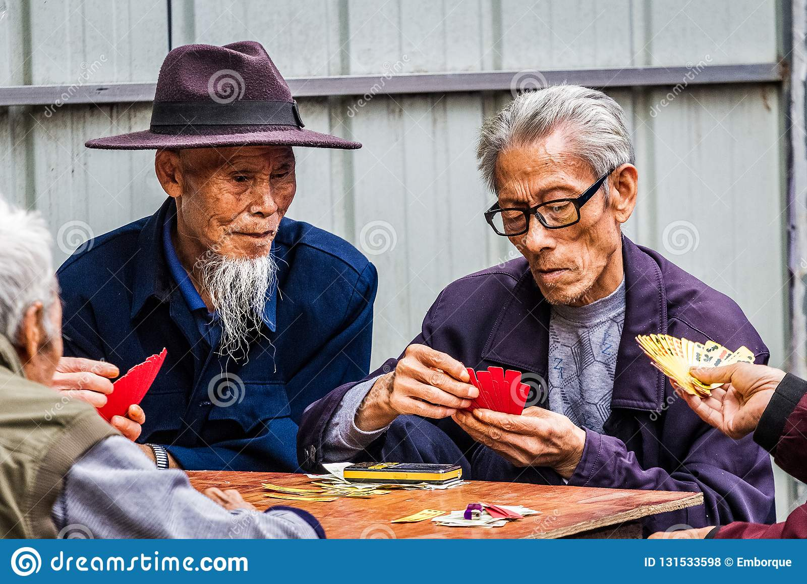 Due uomini che giocano le carte del cinese tradizionale
