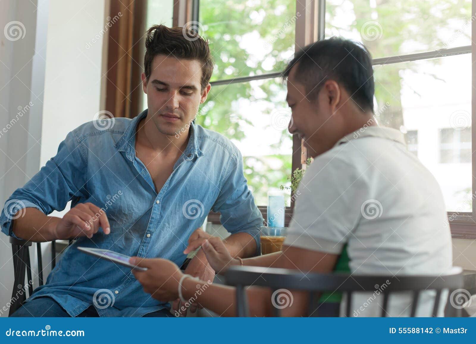 due uomini asiatici gay