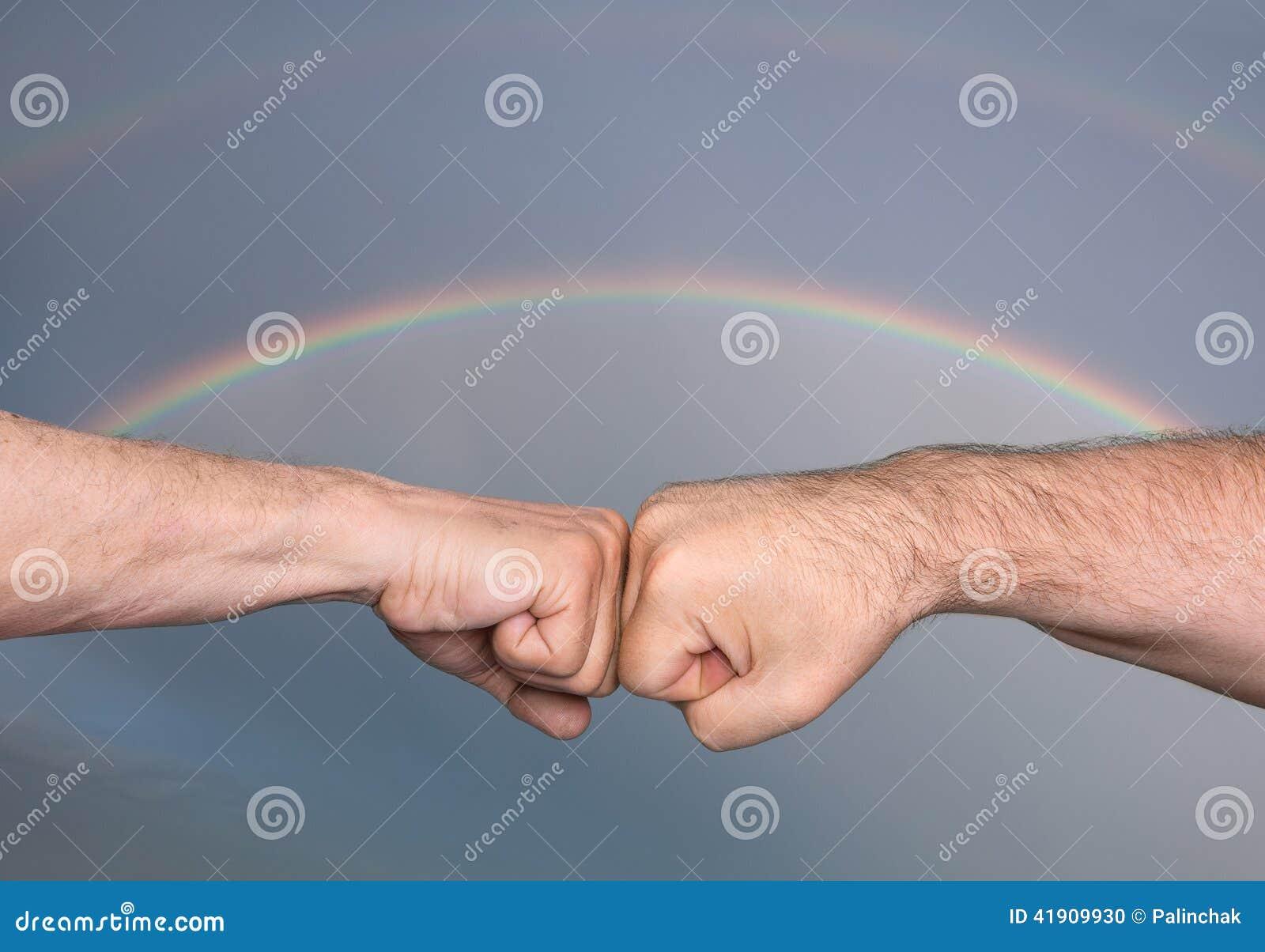 Due uomini che urtano i pugni
