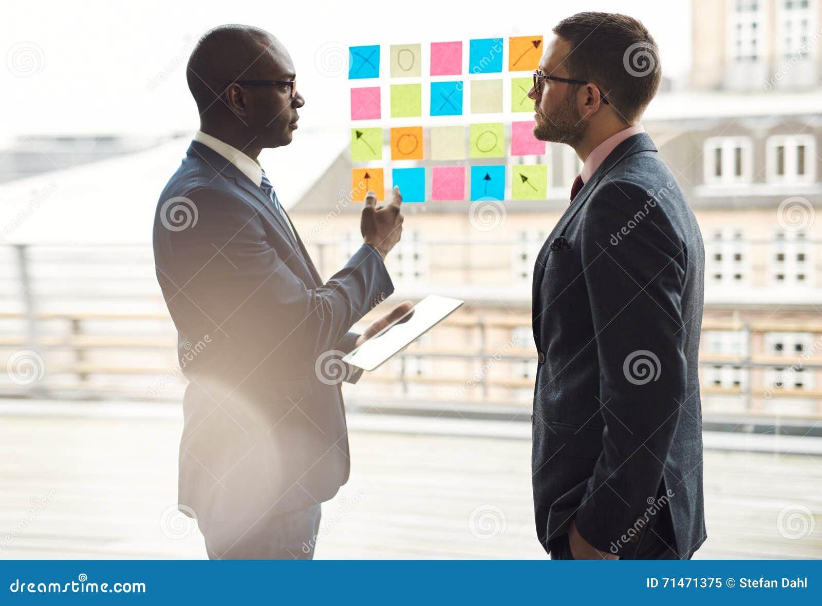 Due uomini d affari che hanno una discussione seria
