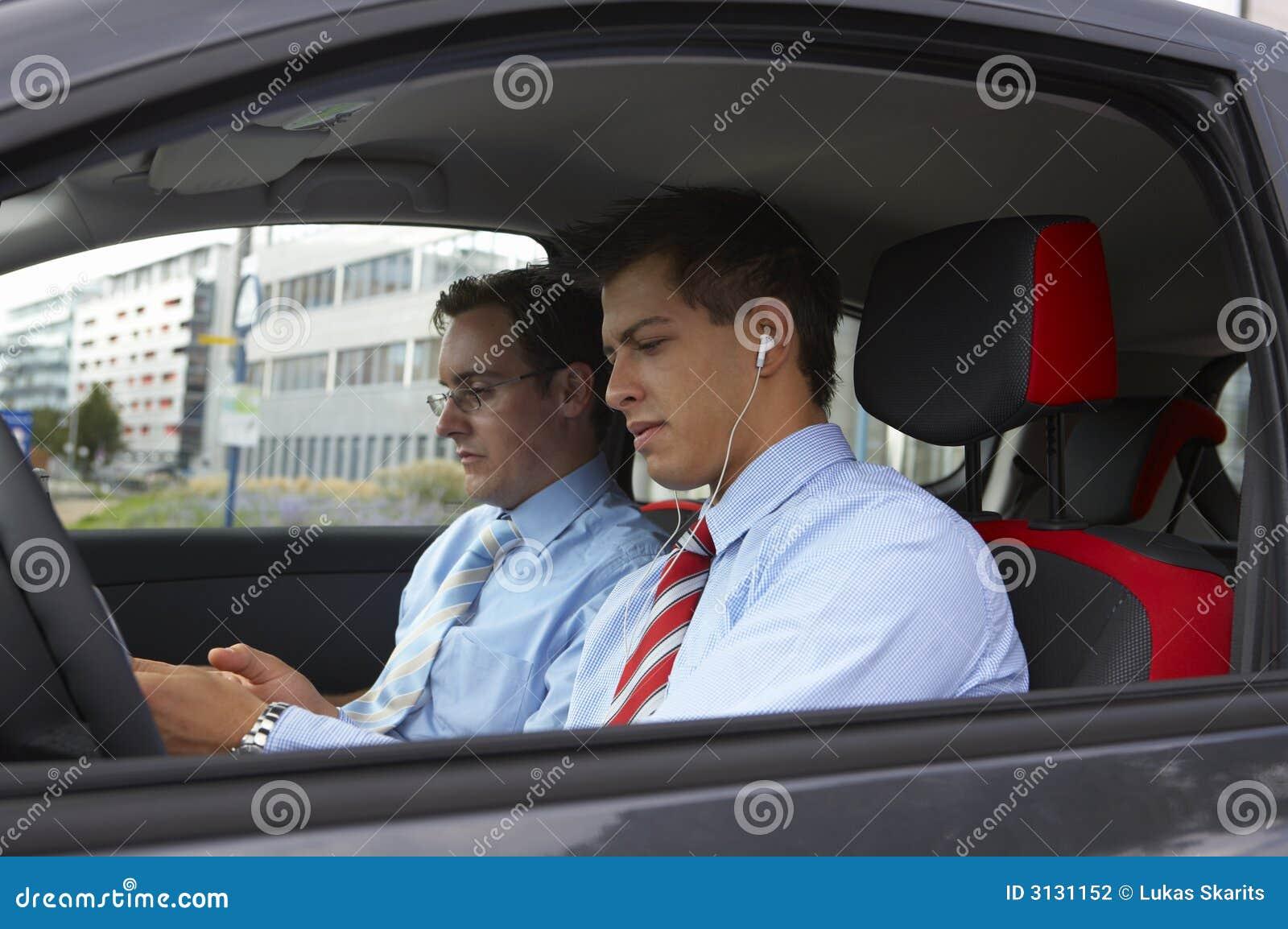 Due uomini di affari in un automobile