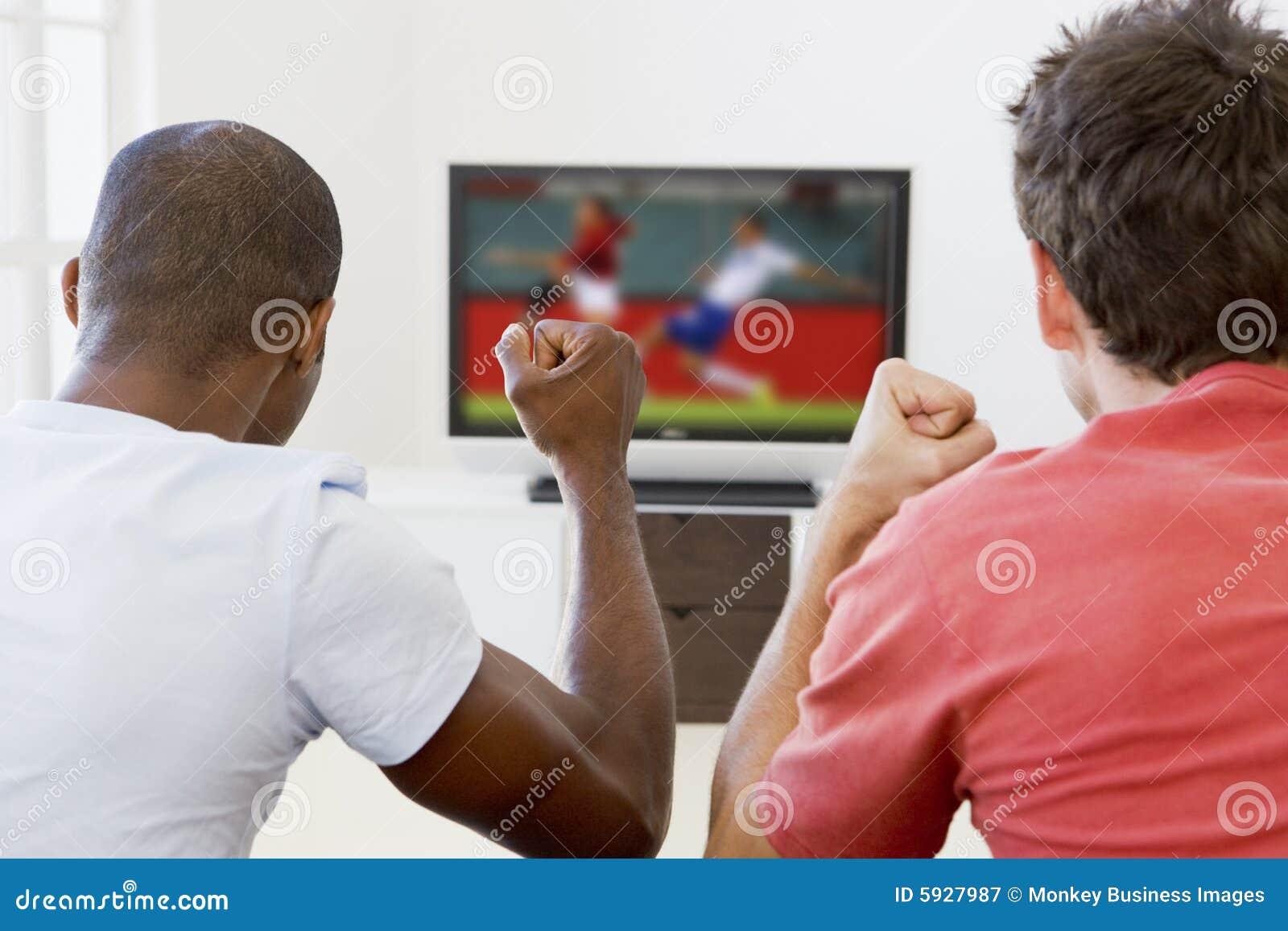 Due uomini in televisione di sorveglianza del salone