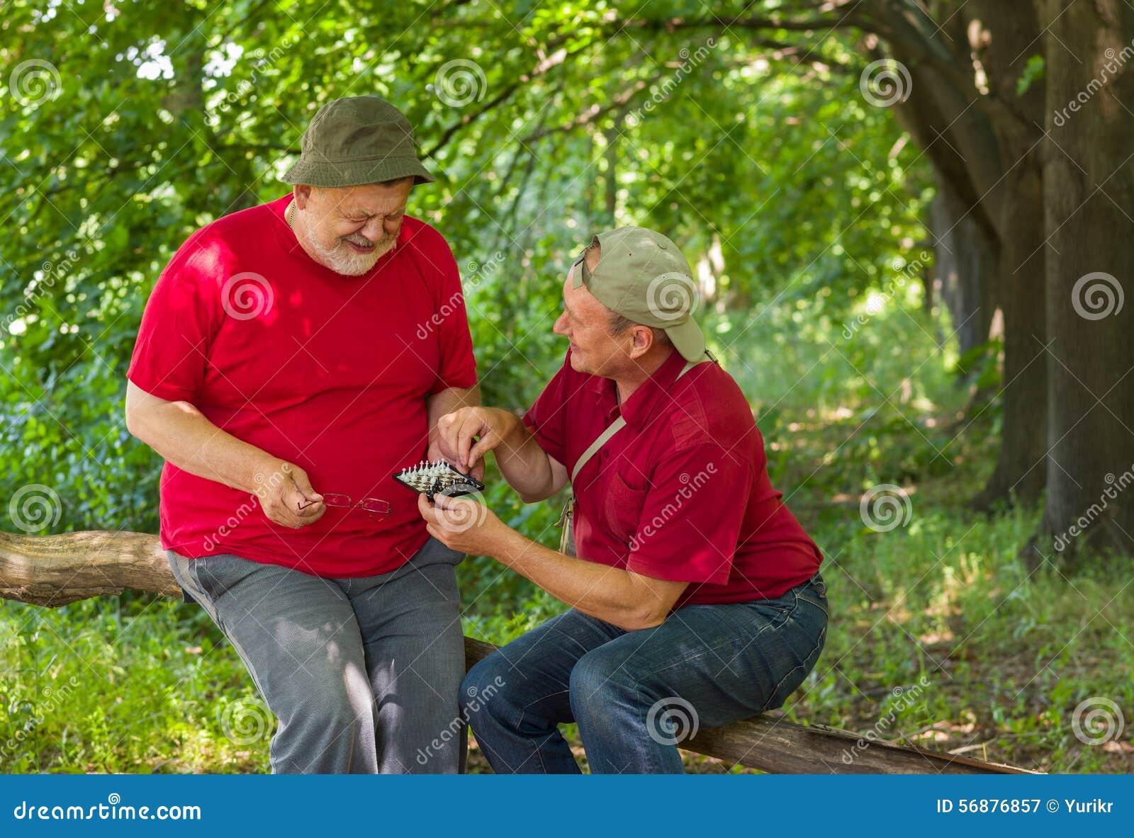 Due vecchi amici che giocano mini-scacchi