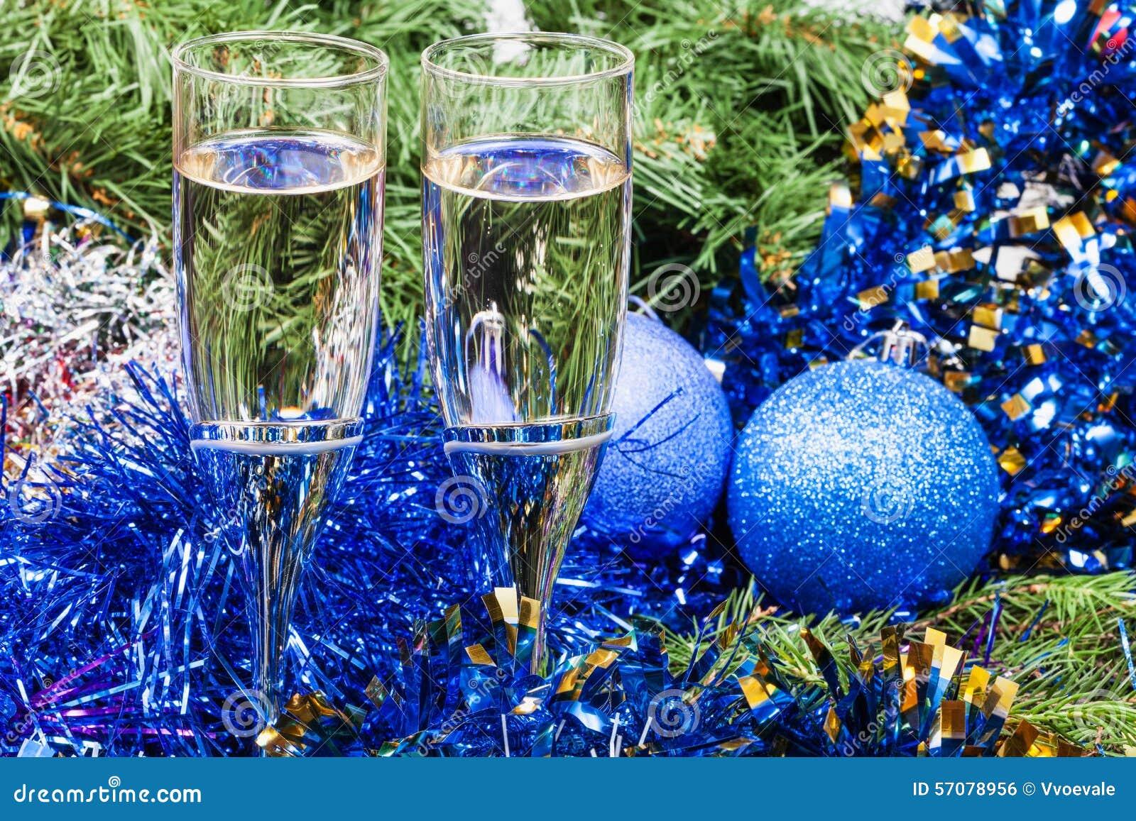 Albero Di Natale Con Decorazioni Blu : Due vetri con le decorazioni di natale e l albero blu fotografia