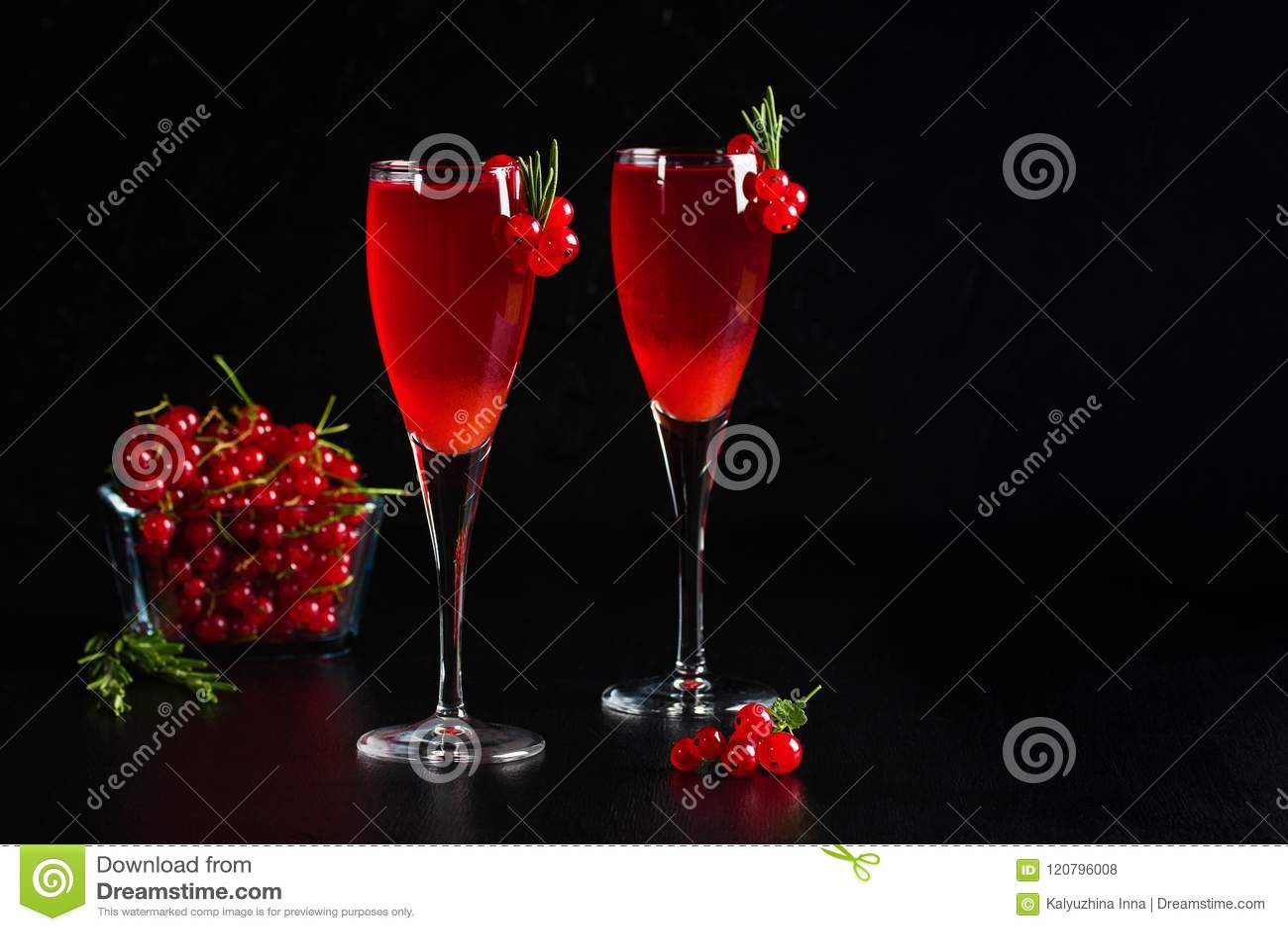Due vetri del ribes del vino del succo della bevanda decorato con i rosmarini