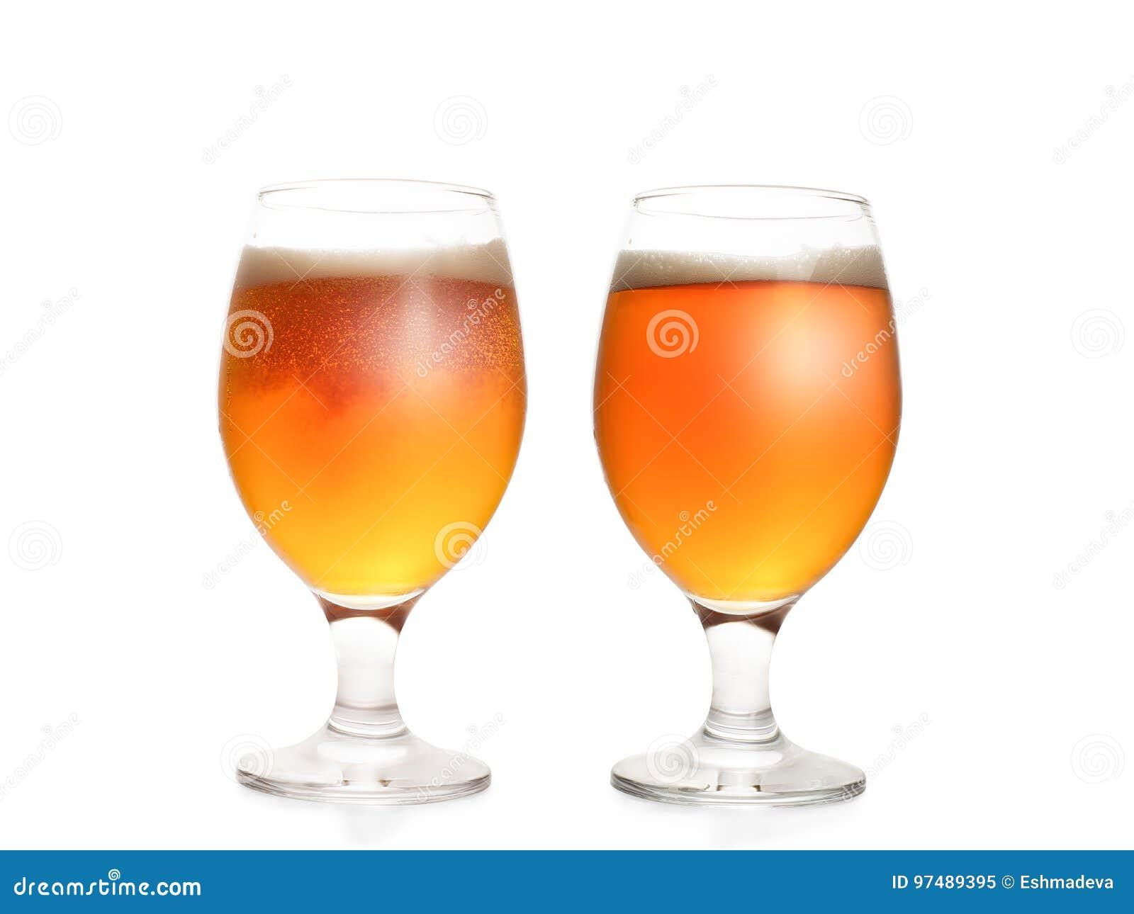 Due vetri di birra pieni