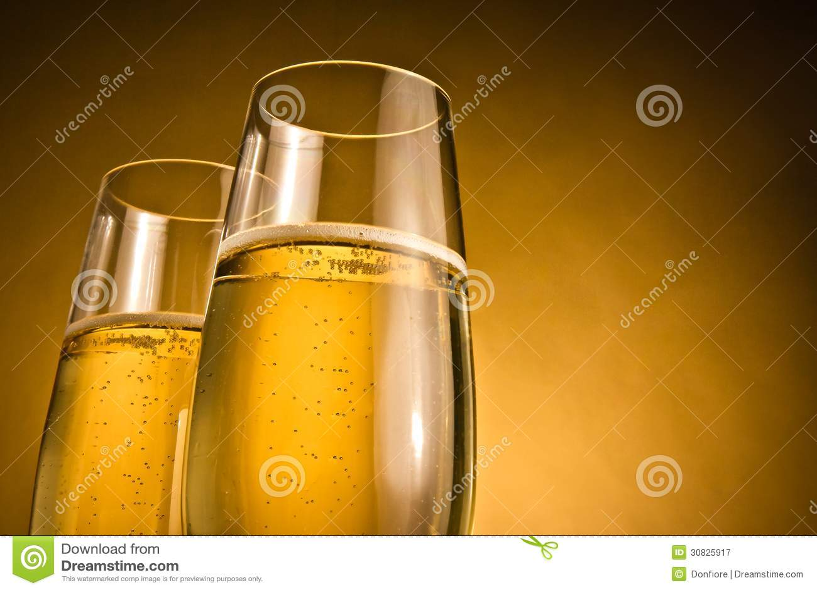 Due vetri di champagne con le bolle dorate