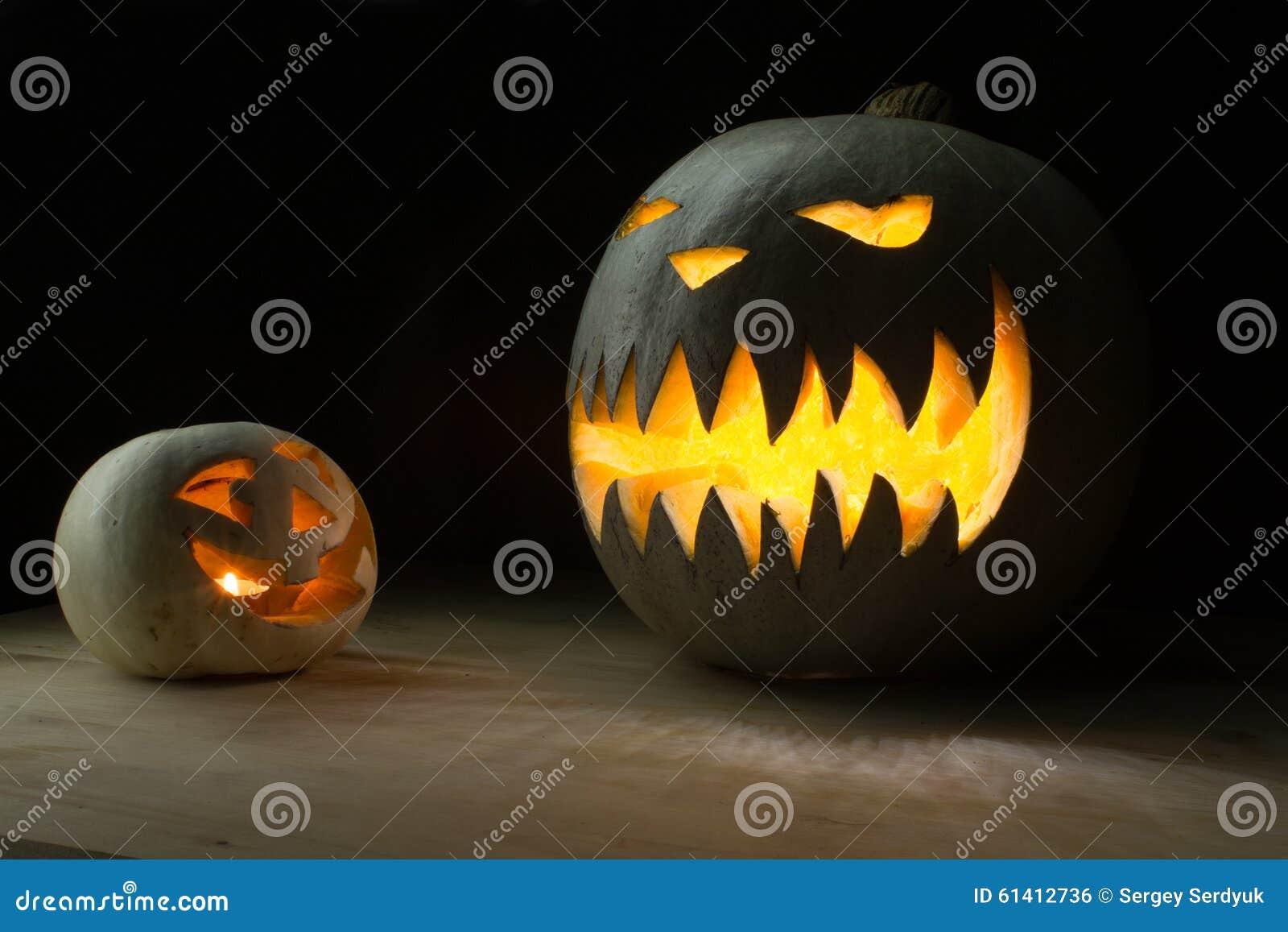 Due zucche di halloween divertenti e spettrali fotografia for Immagini zucche halloween