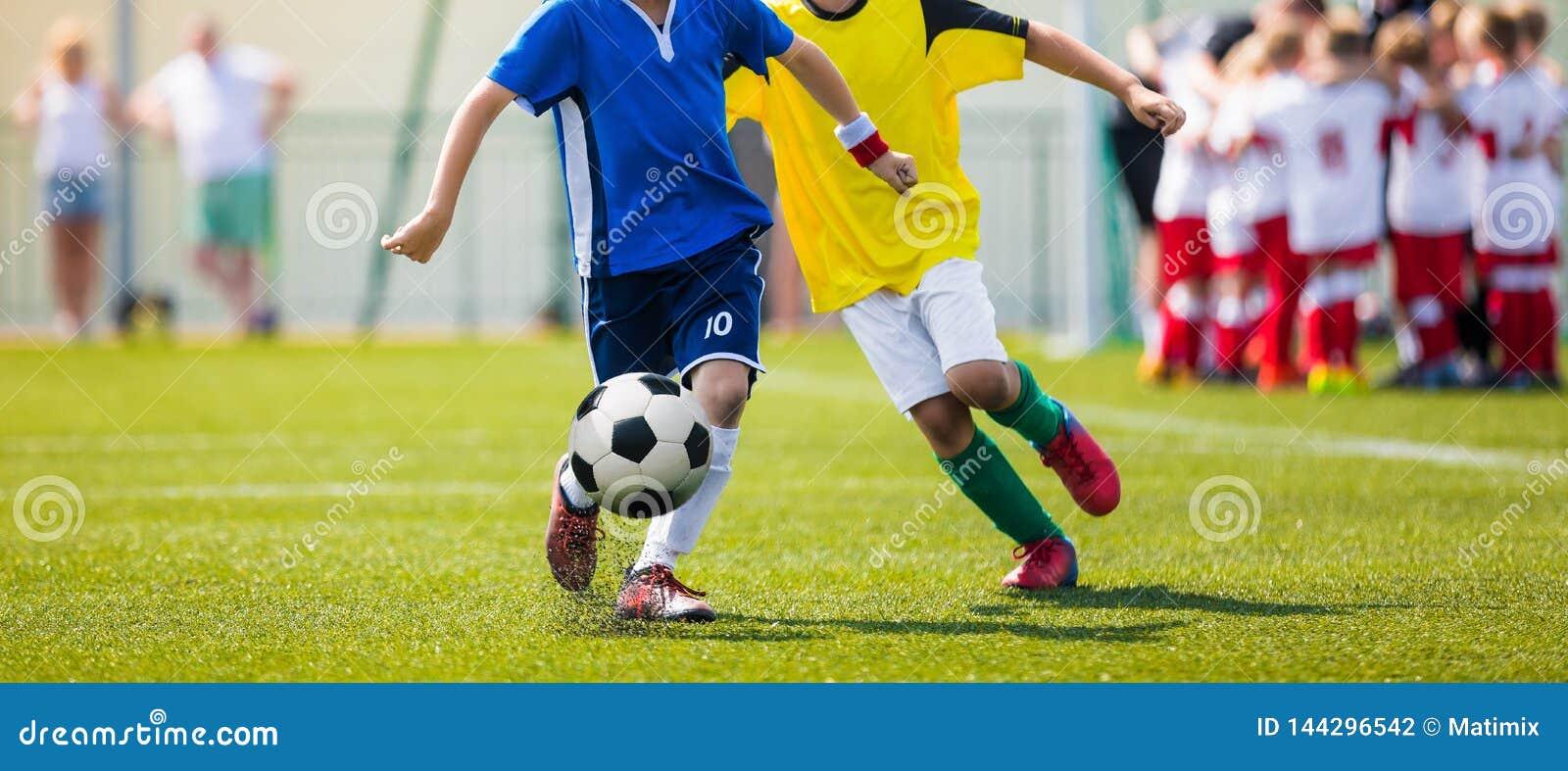 Duel de Junior Soccer Teams During Running Partie de football pour des joueurs de la jeunesse