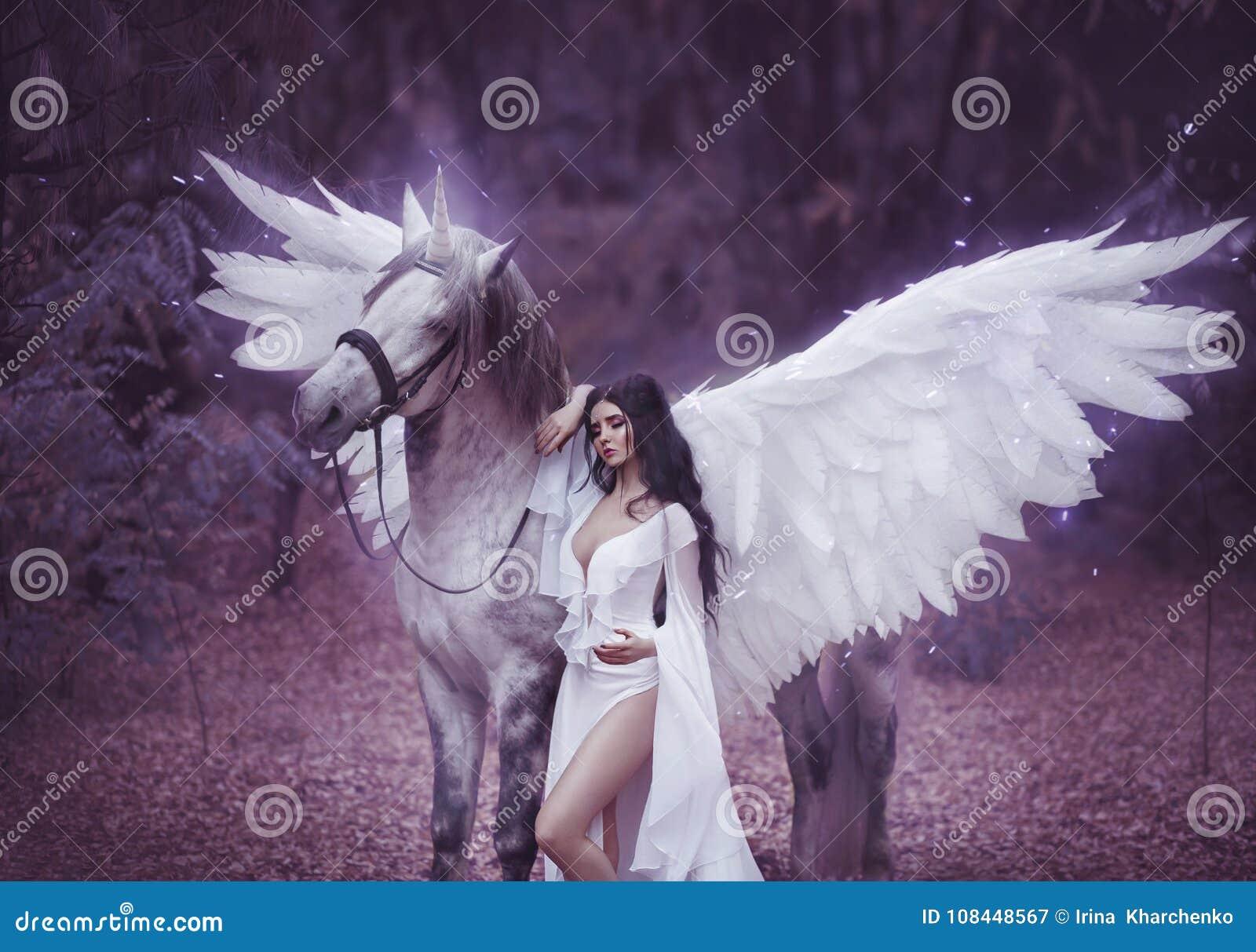 Duende bonito, novo, andando com um unicórnio Está vestindo uma luz incrível, vestido branco Hotography da arte
