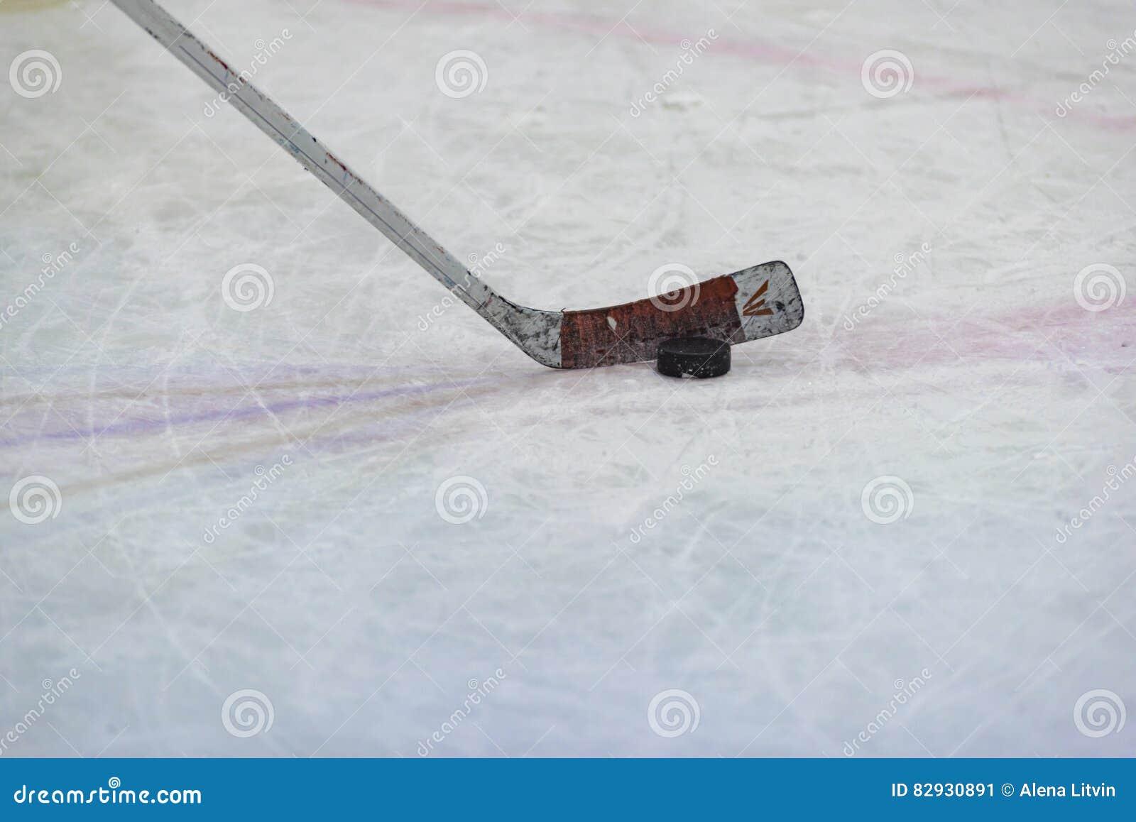 Duende malicioso y palillo de hockey