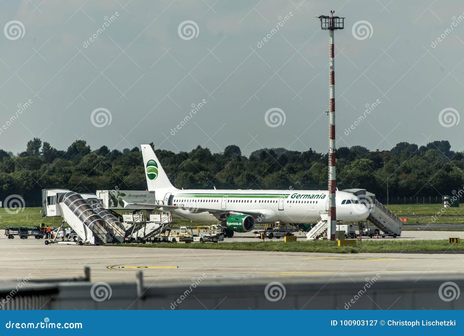 DUESSELDORF DUITSLAND - de Luchtbusa321-211 parkeren van Germania van September 2017 bij de Duitse Luchthaven die worden geladen