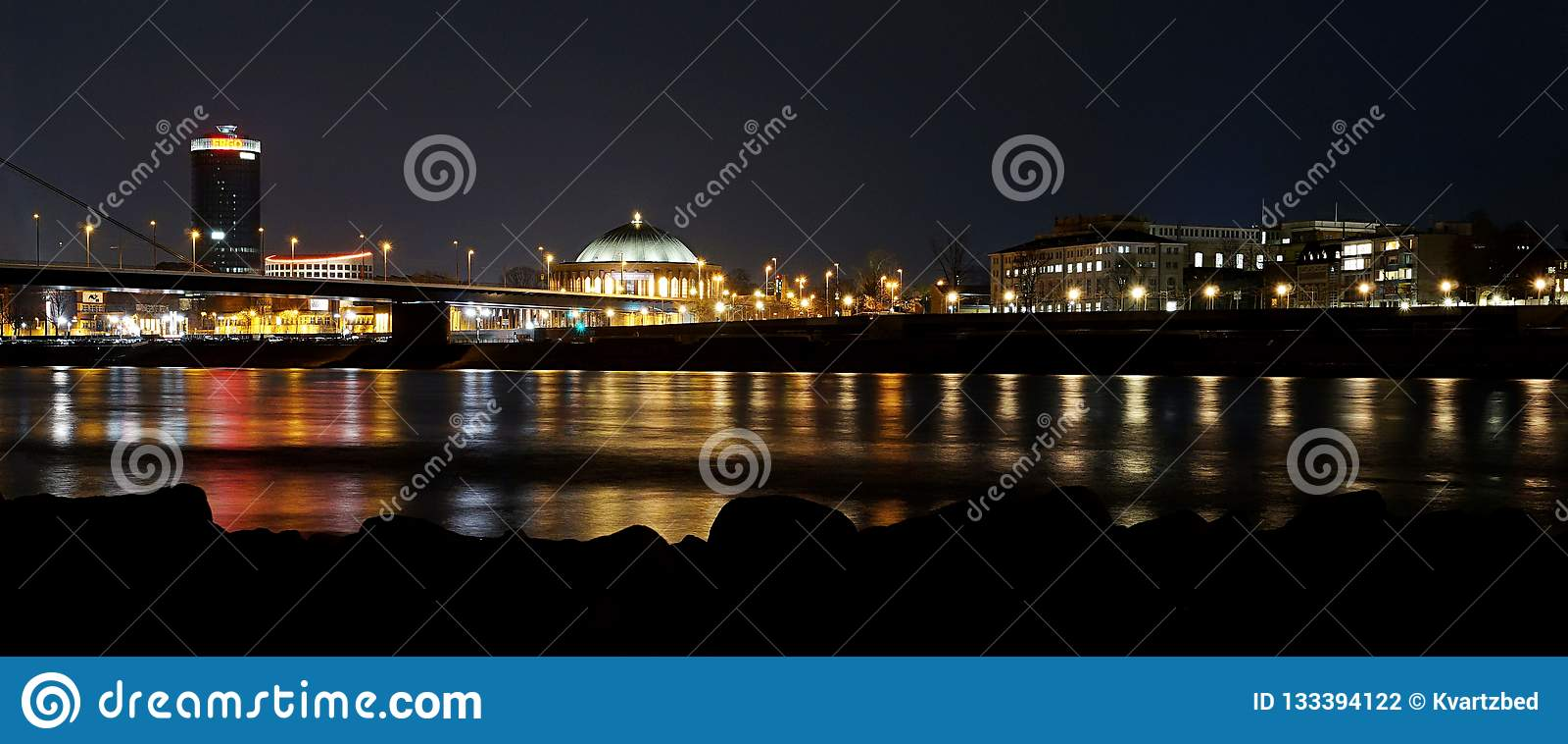 Duesseldorf no panorama de rhine da noite