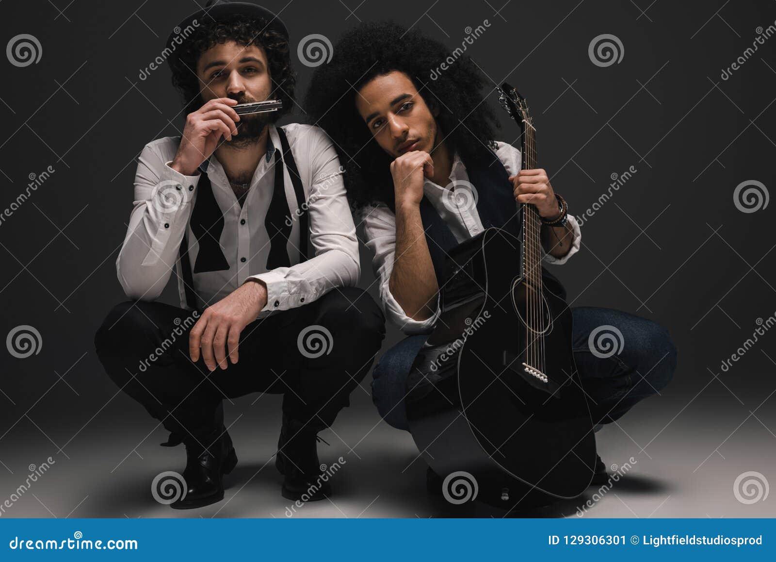 Duet muzycy z gitarą i harmonijką